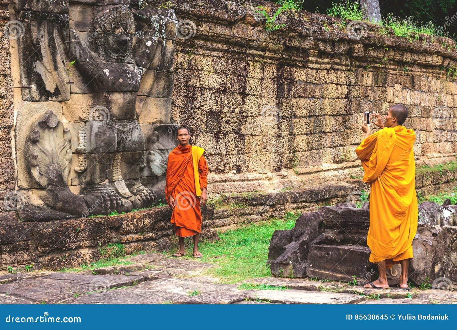 Preah Khan Temple, monges de Buddist que fazem imagens