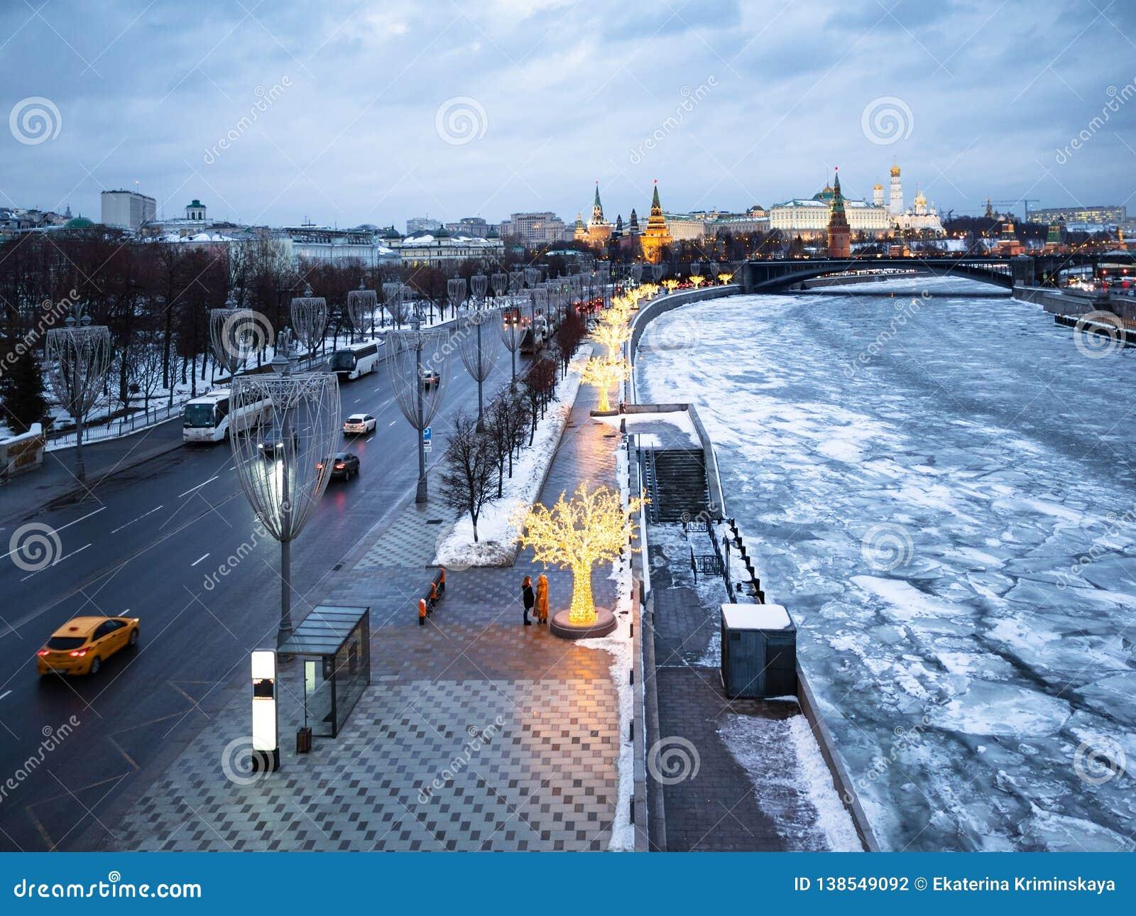 Prechistenskaya堤防在莫斯科在晚上
