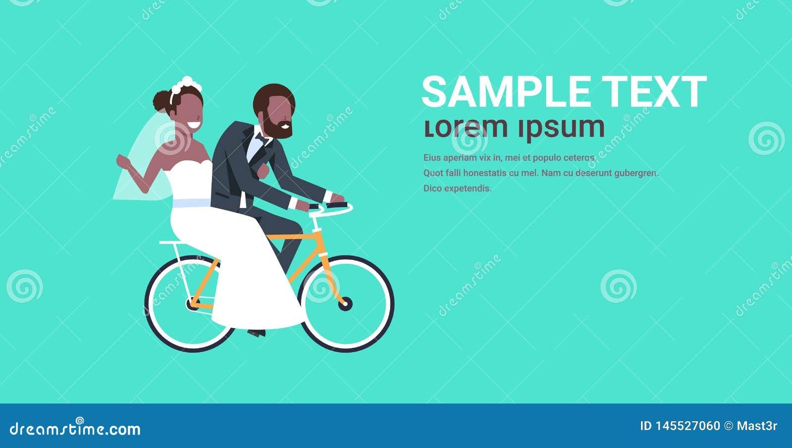 Precis gifta afrikansk amerikanpar som rider den cykelbruden och brudgummen som cyklar cykeln som har den roliga begreppskopian f