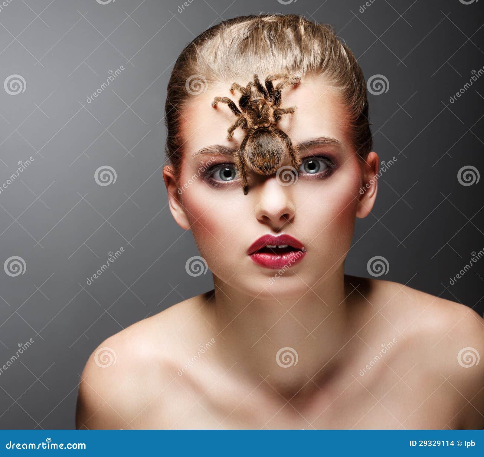 Predatore spaventoso dell aracnide su seduta del fronte della donna di bellezza