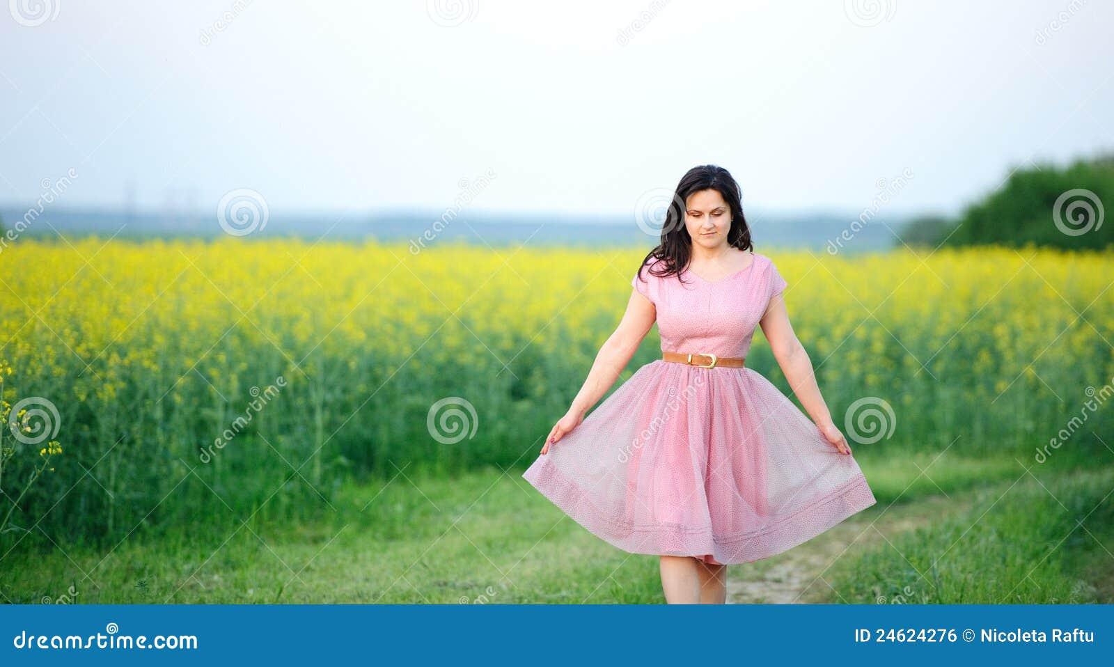 Preety Mädchen gekleidet im Rosa