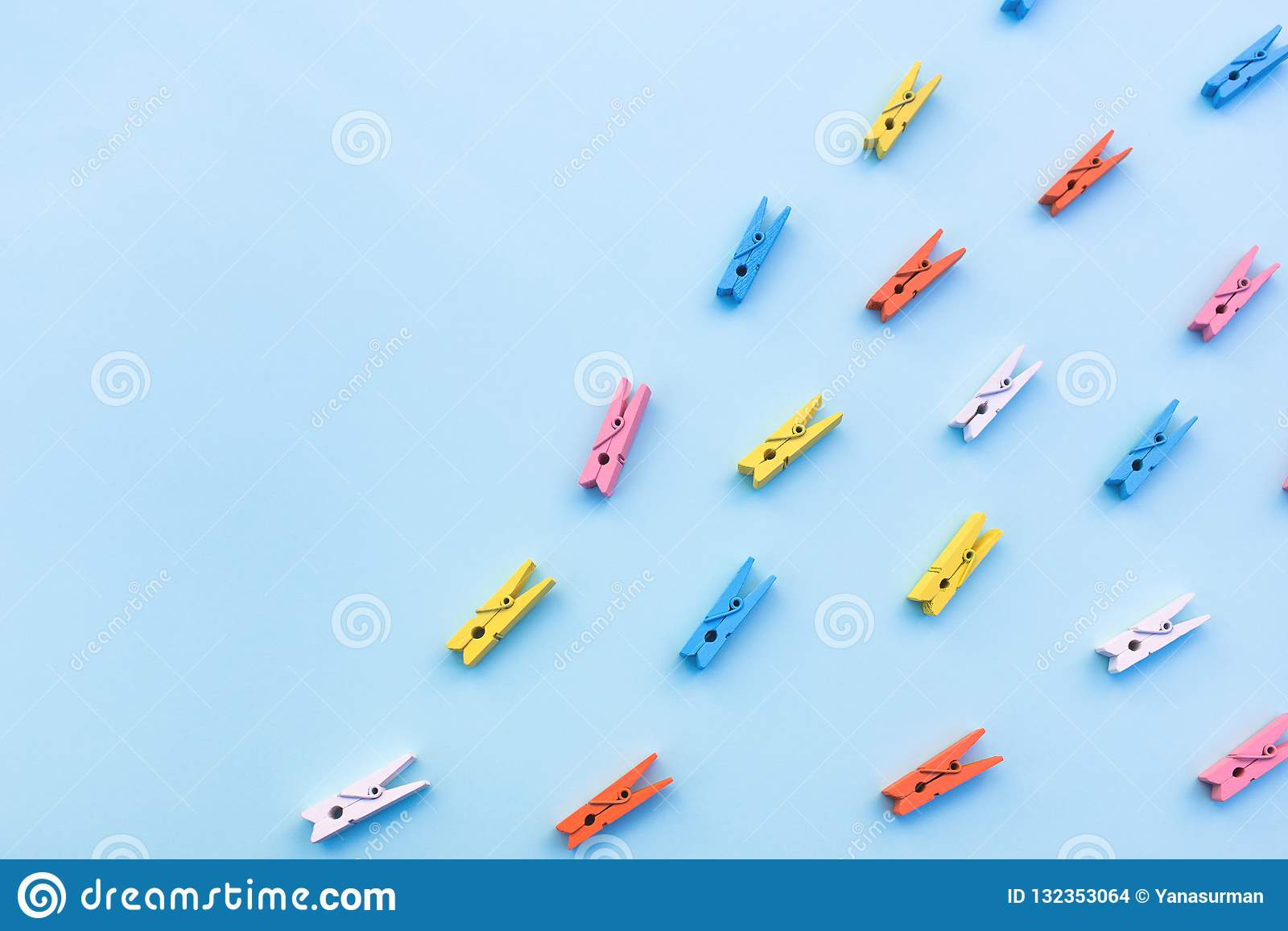 Pregadores de roupa coloridos em um fundo azul