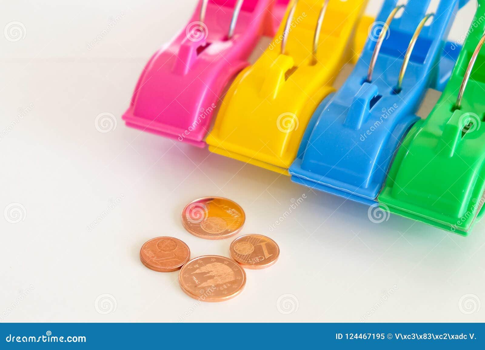 Pregadores de roupa e moedas coloridos