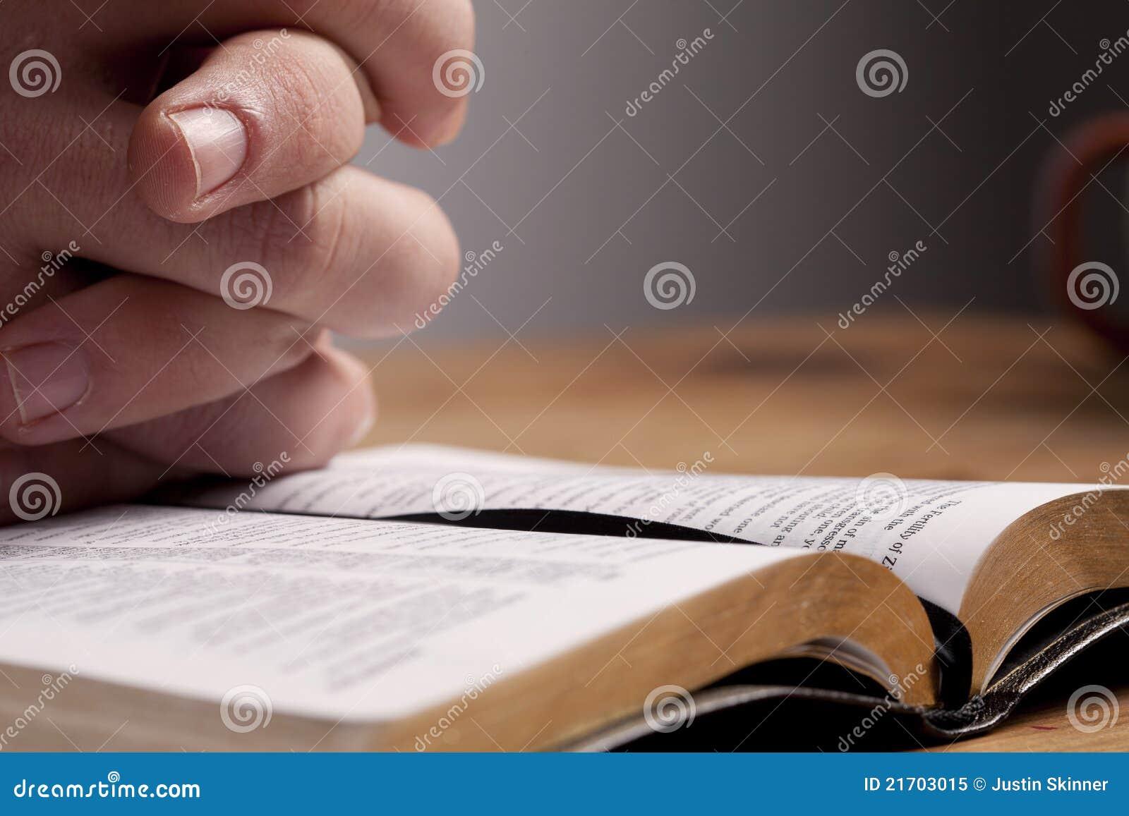 Pregando sopra la bibbia immagine stock immagine di - Pagina da colorare di una bibbia ...
