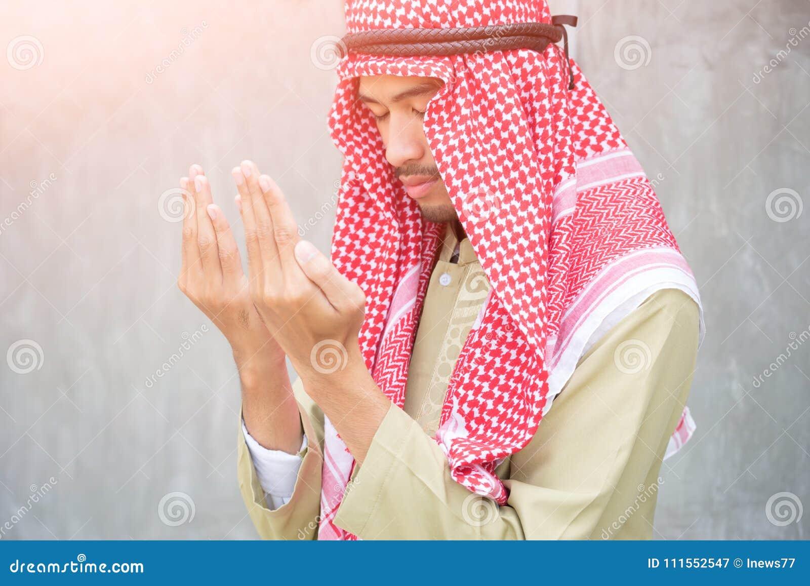 Pregare arabo musulmano dell uomo, concetto di preghiera per fede, spiritualità e religione