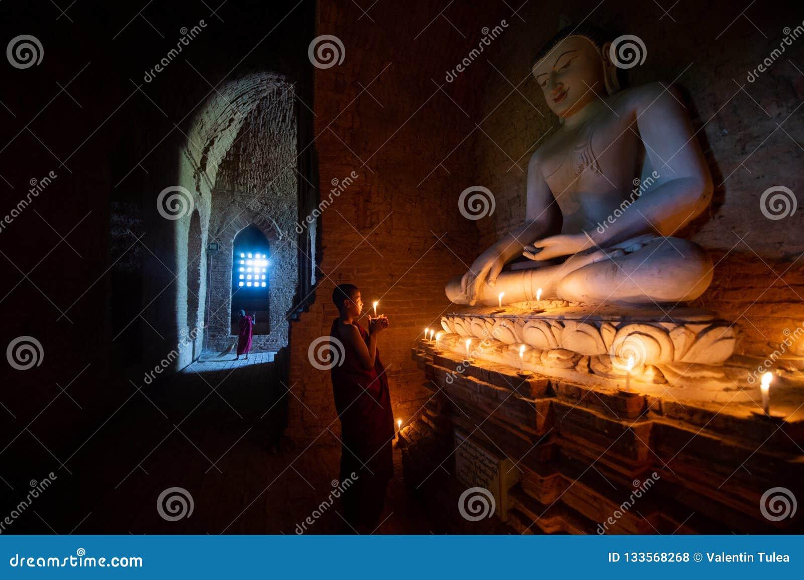 Pregare del monaco buddista