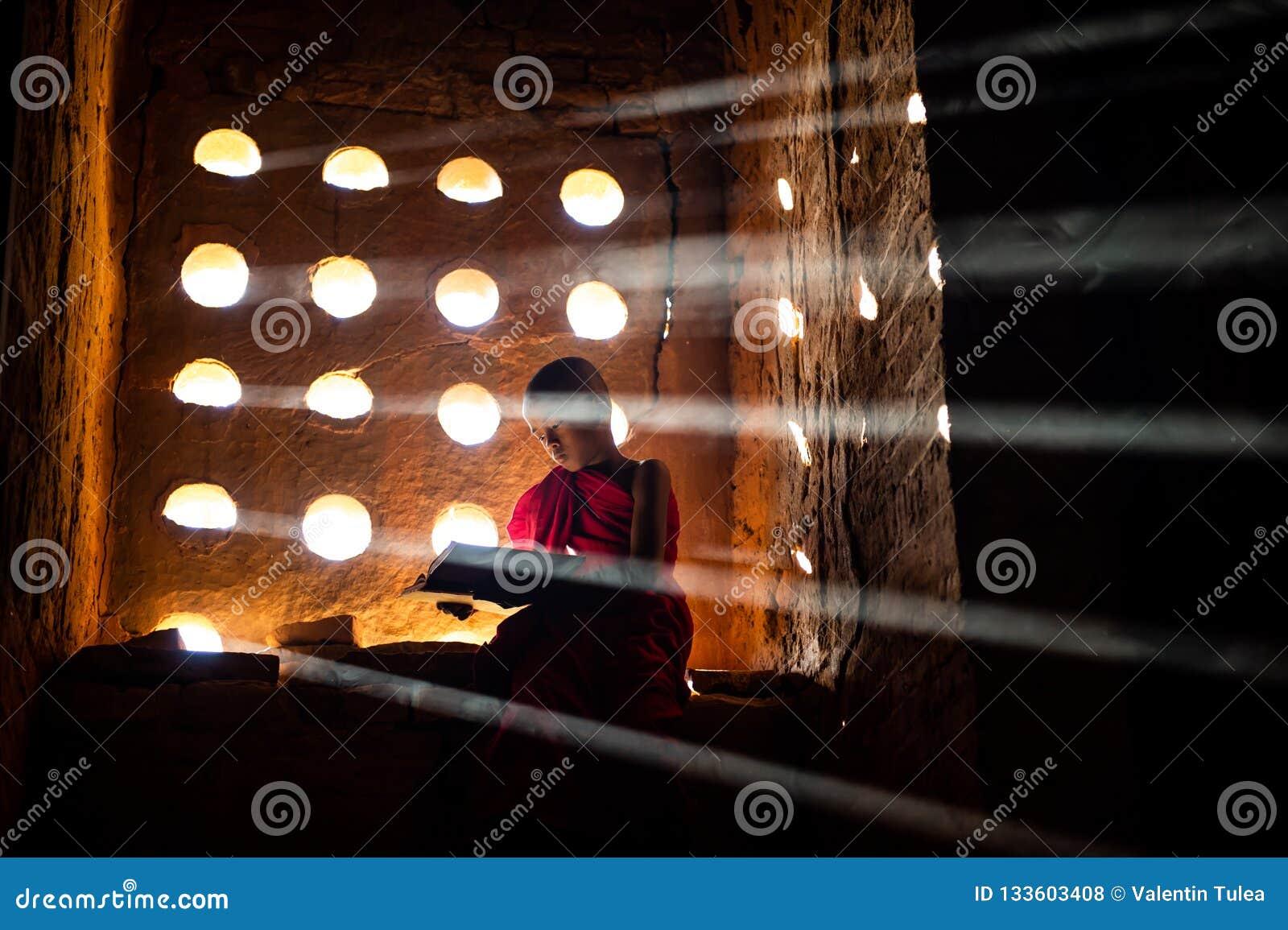 Pregare del monaco buddista Luce speciale