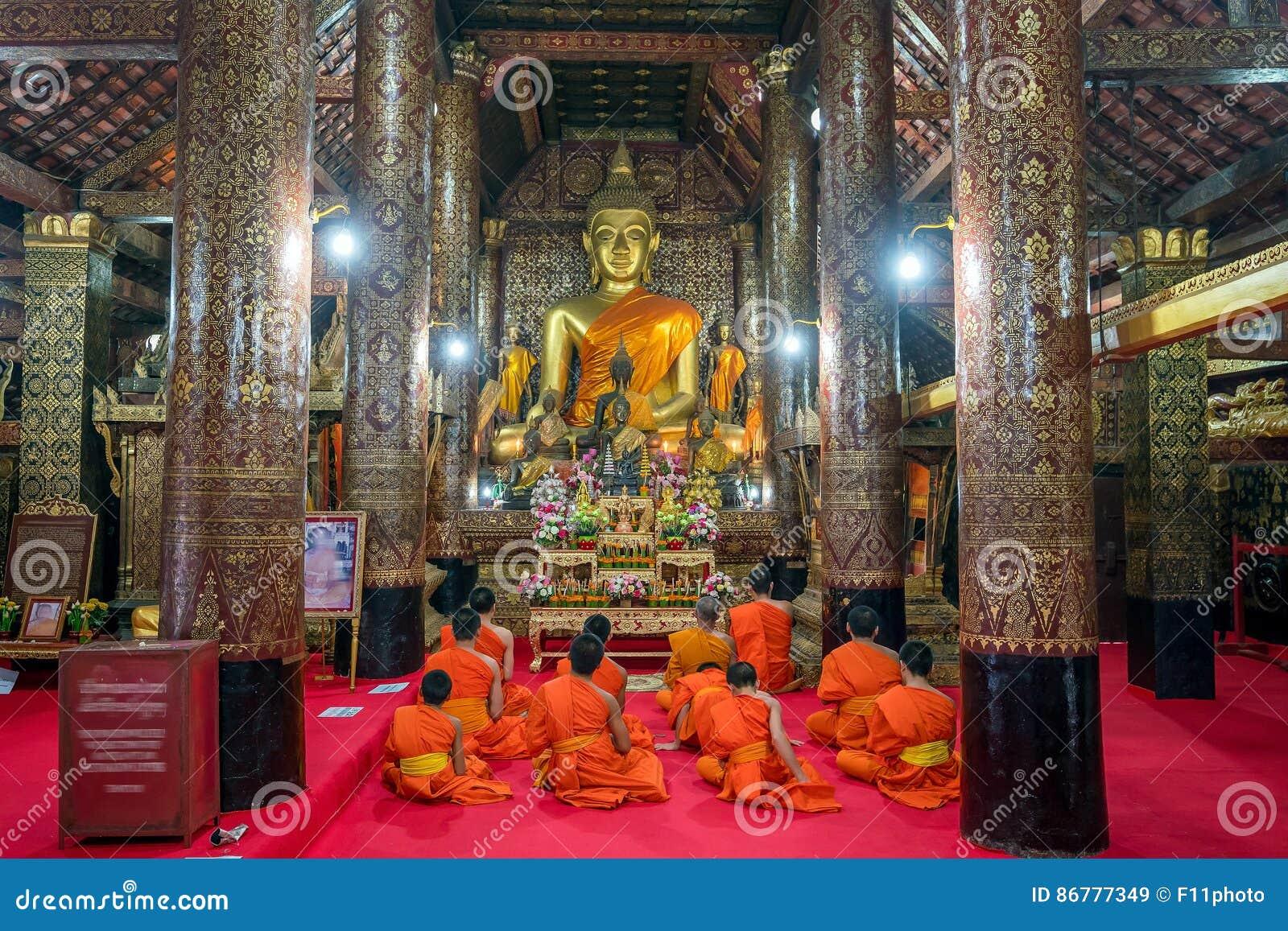 Pregare i monaci al prabang del luang di Wat Xieng Thong