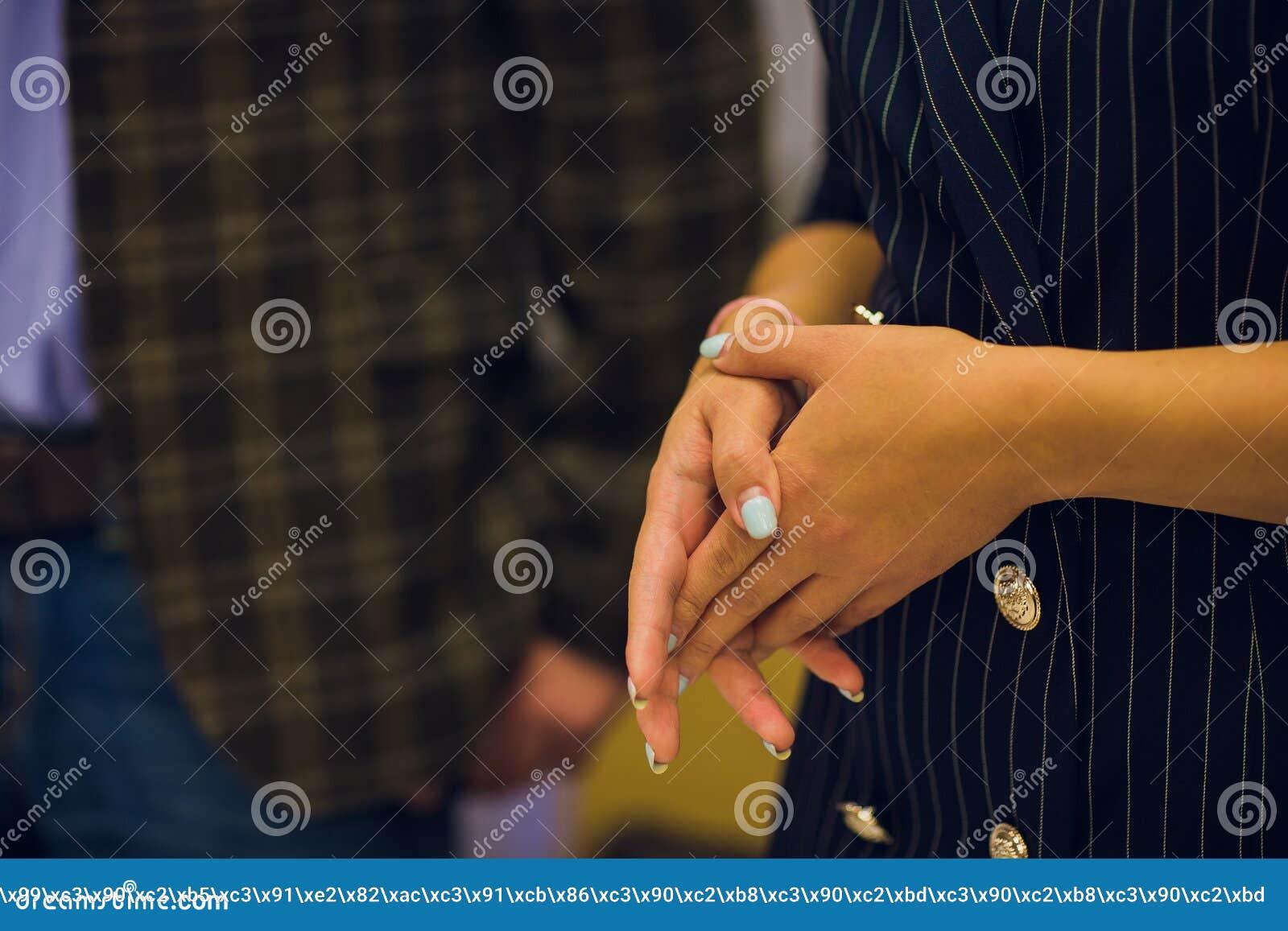 Pregare le mani della donna, concetto per fede, spiritualità e religione, donna che prega,