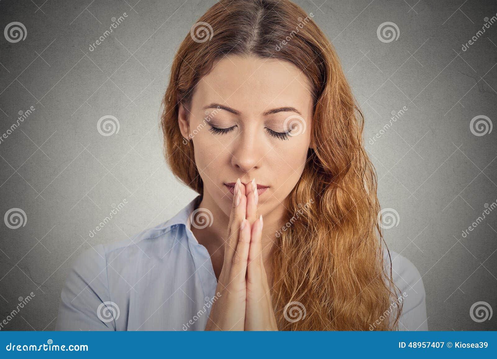 Pregare pacifico della donna del ritratto