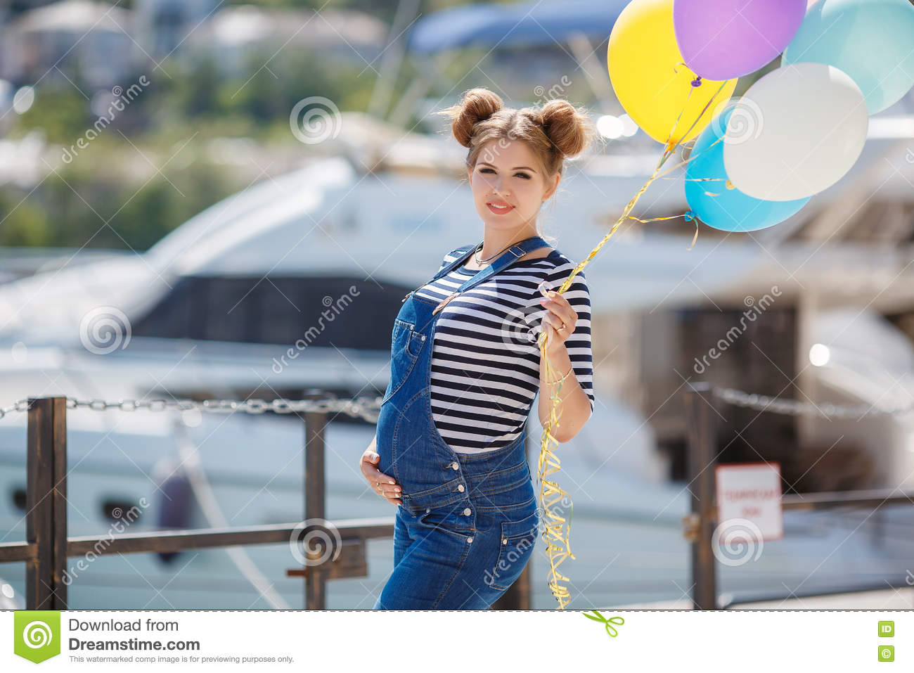 a25333d17fe2 Pregnant Woman With Colorful Balloons On The Beach Stock Photo ...