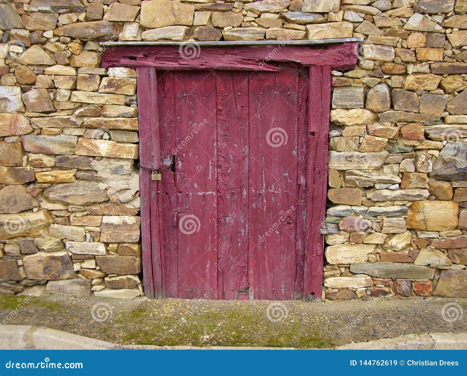 Preguntándose quién vive detrás de esa puerta