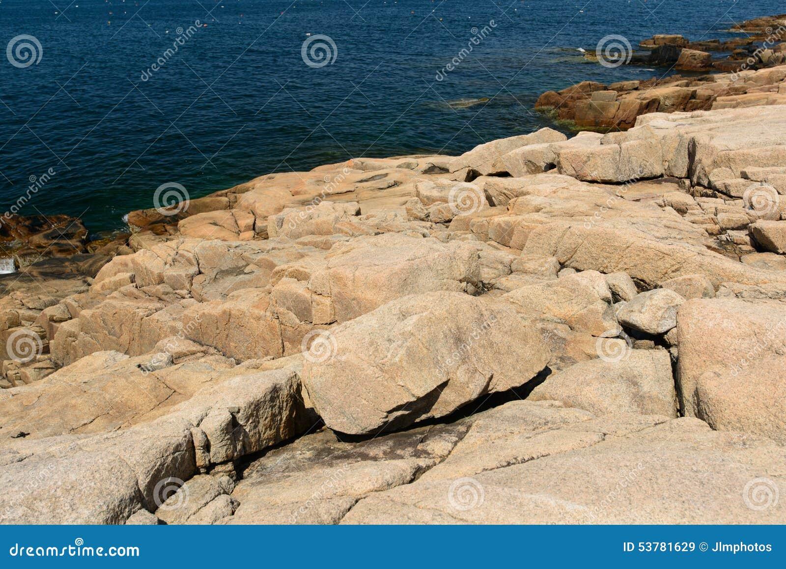 Prehistoryczne Różowe Granitowe cegiełki skała przy krawędzią Schood