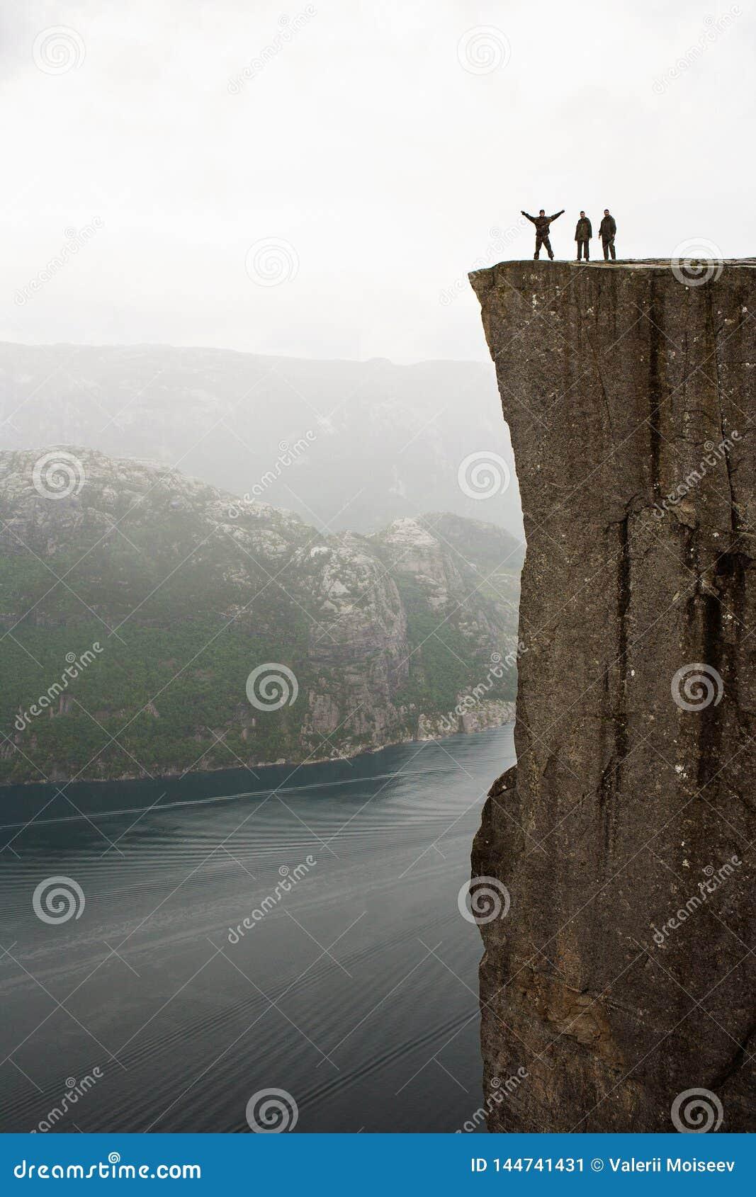 Preikestolen - zadziwiaj?ca ska?a w Norwegia Dziewczyny pozycja na falezie nad chmury