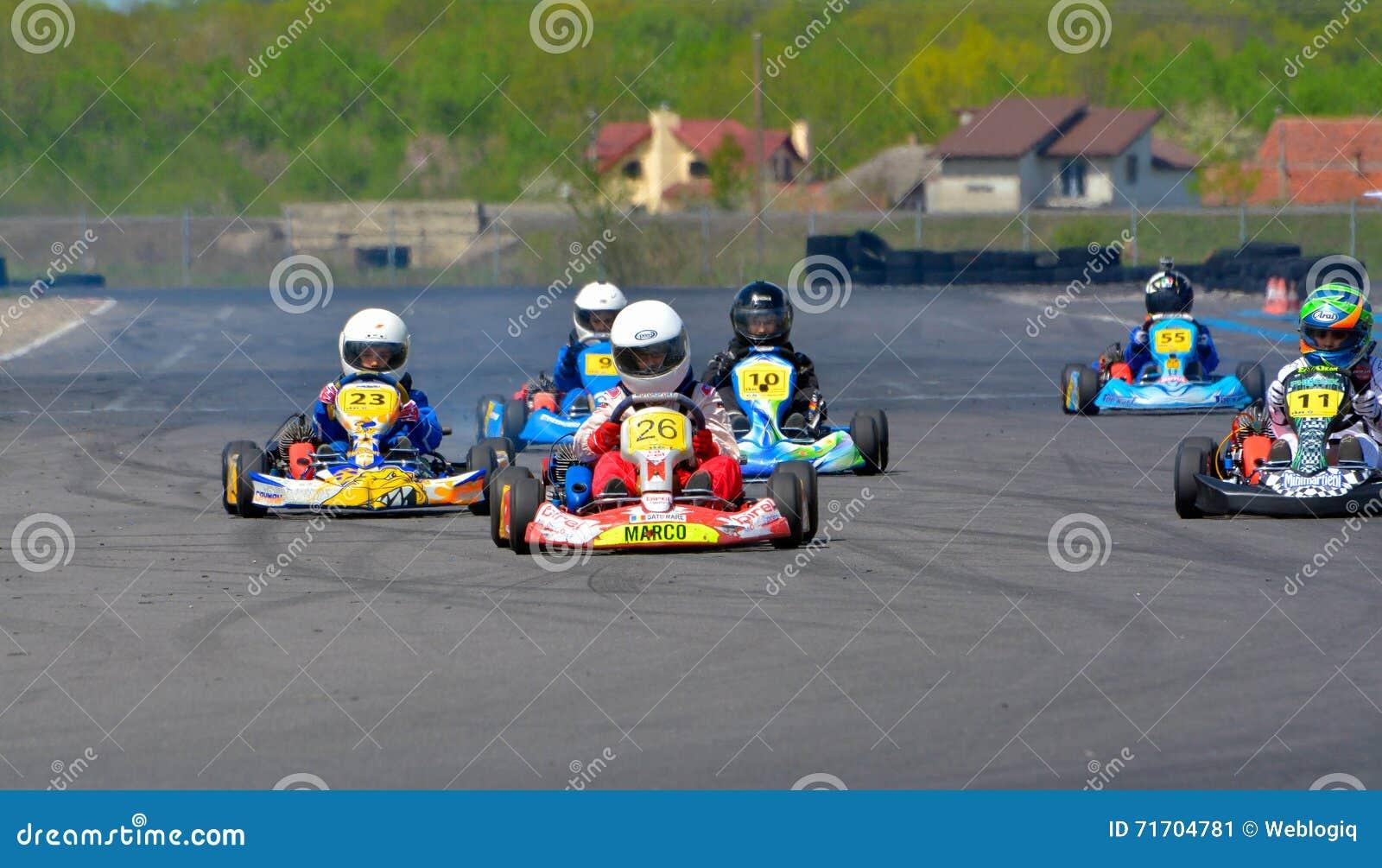 PREJMER, BRASOV, ROUMANIE - 3 MAI : Pilotes inconnus concurrençant dans le championnat national de Karting Dunlop 2015, le 3 mai