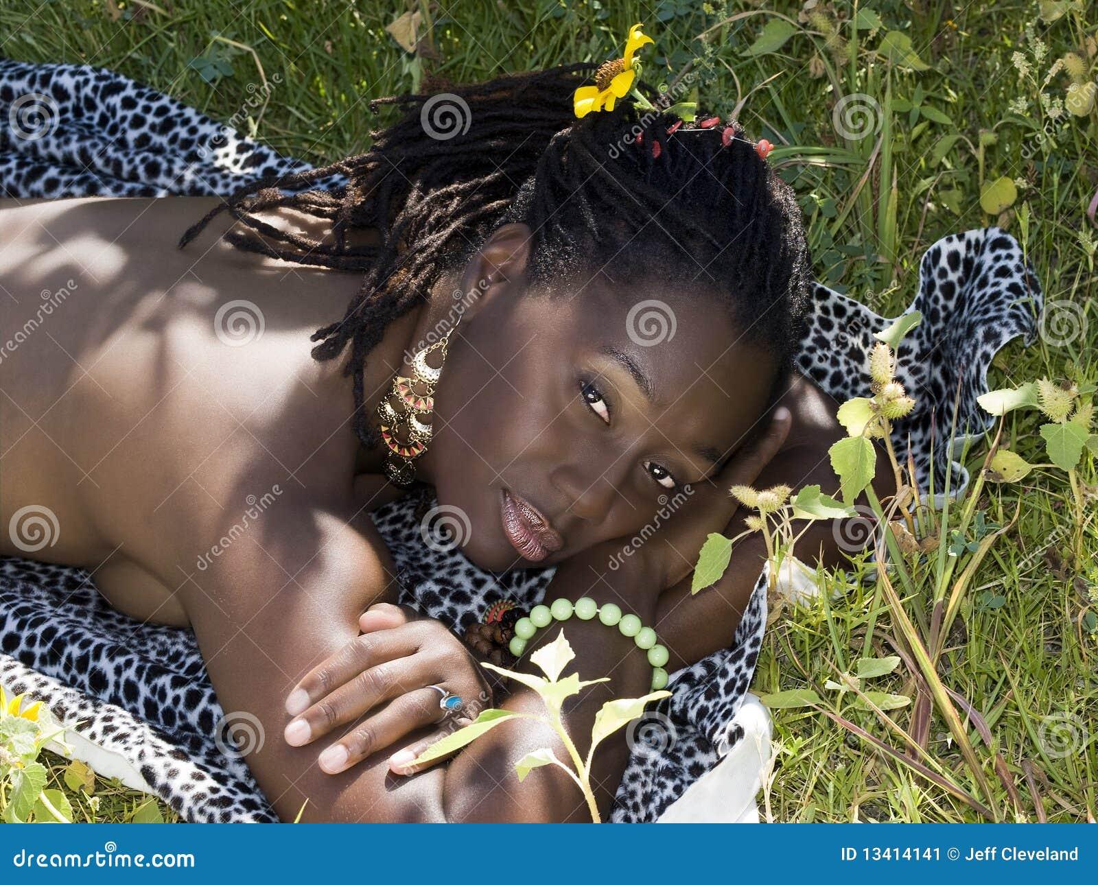 Femme Nue En Exterieur première femme de couleur nue à l'extérieur sur l'estomac image
