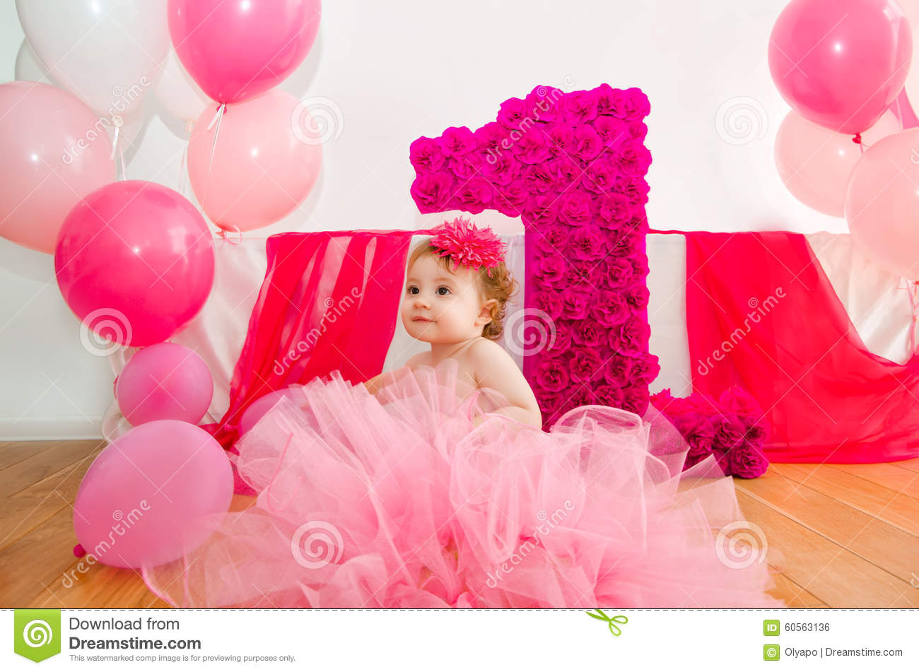 premier anniversaire b b dans la jupe rose pelucheuse avec des ballons et un bi photo stock. Black Bedroom Furniture Sets. Home Design Ideas