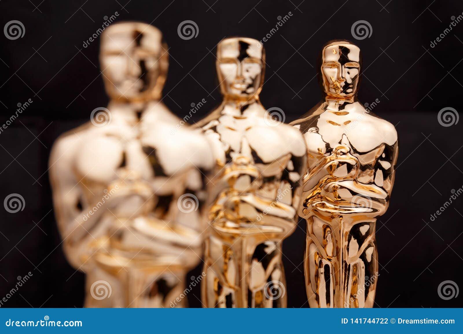 Premio o trofeo dorato in un deposito del ricordo a Mosca concetto di vittoria e di successo