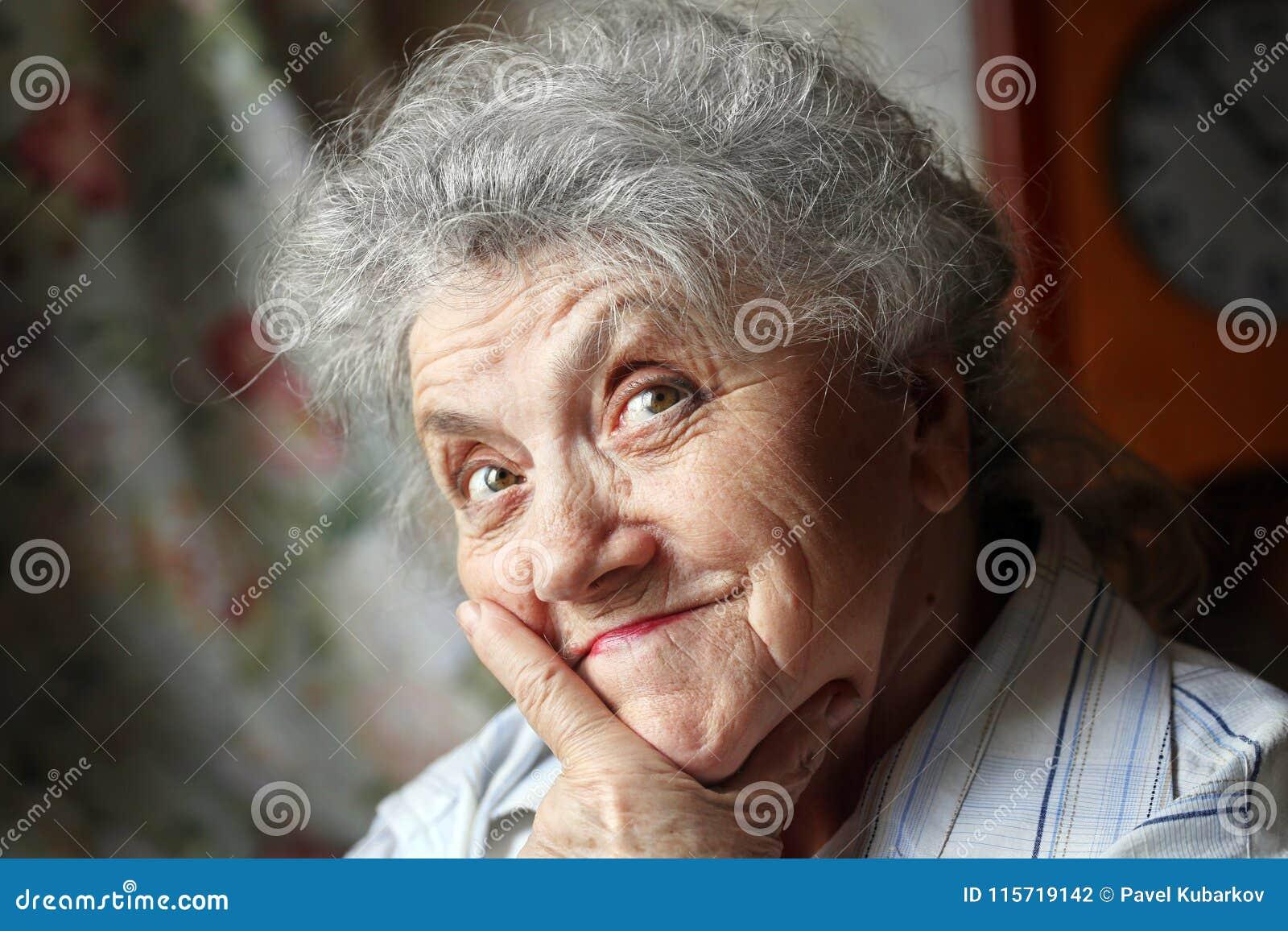 Premuroso e sembrando il fronte anziano della donna
