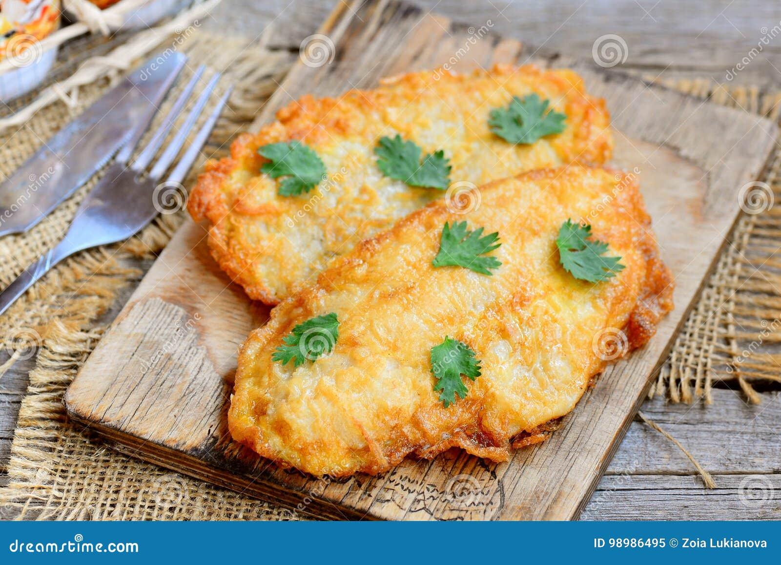 Prendedero asado del pollo en una tabla de cortar y una tabla de madera vieja Receta rápida y fácil del prendedero del pollo para