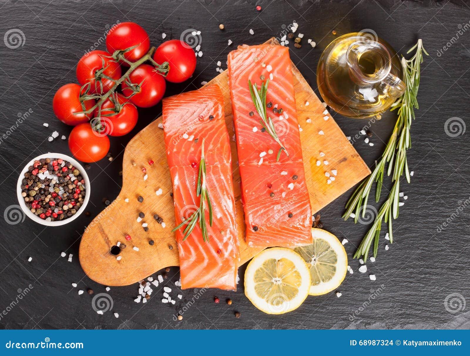 Prendedero de color salmón crudo con las especias