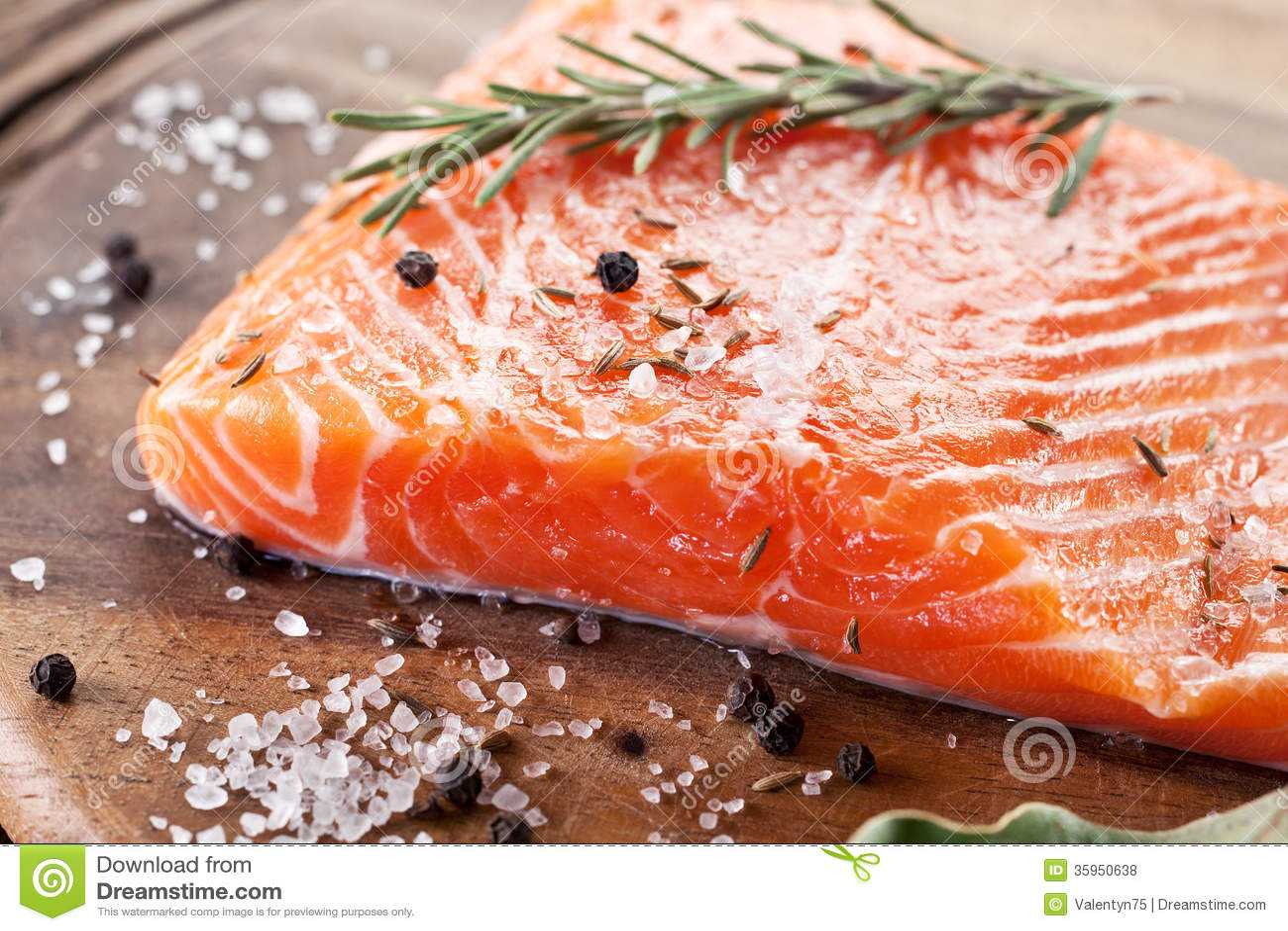 Prendedero de color salmón en un tablero de talla de madera.