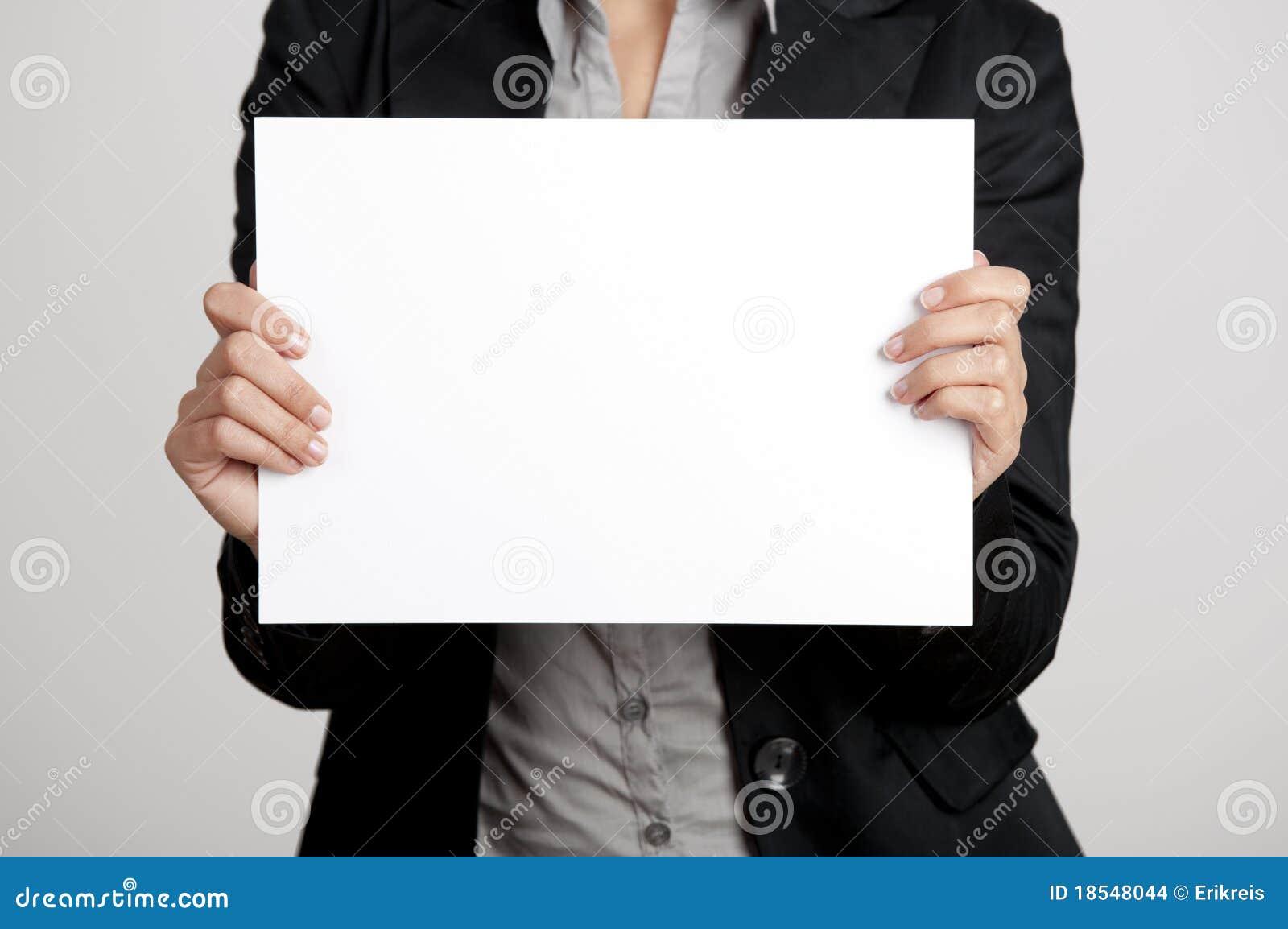 Prendendo um cartão de papel