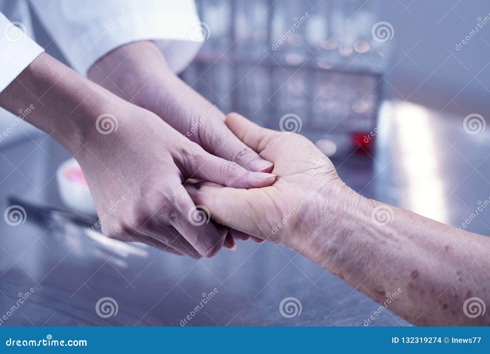 Prendre soin des personnes âgées, docteur soulageant le patient, As