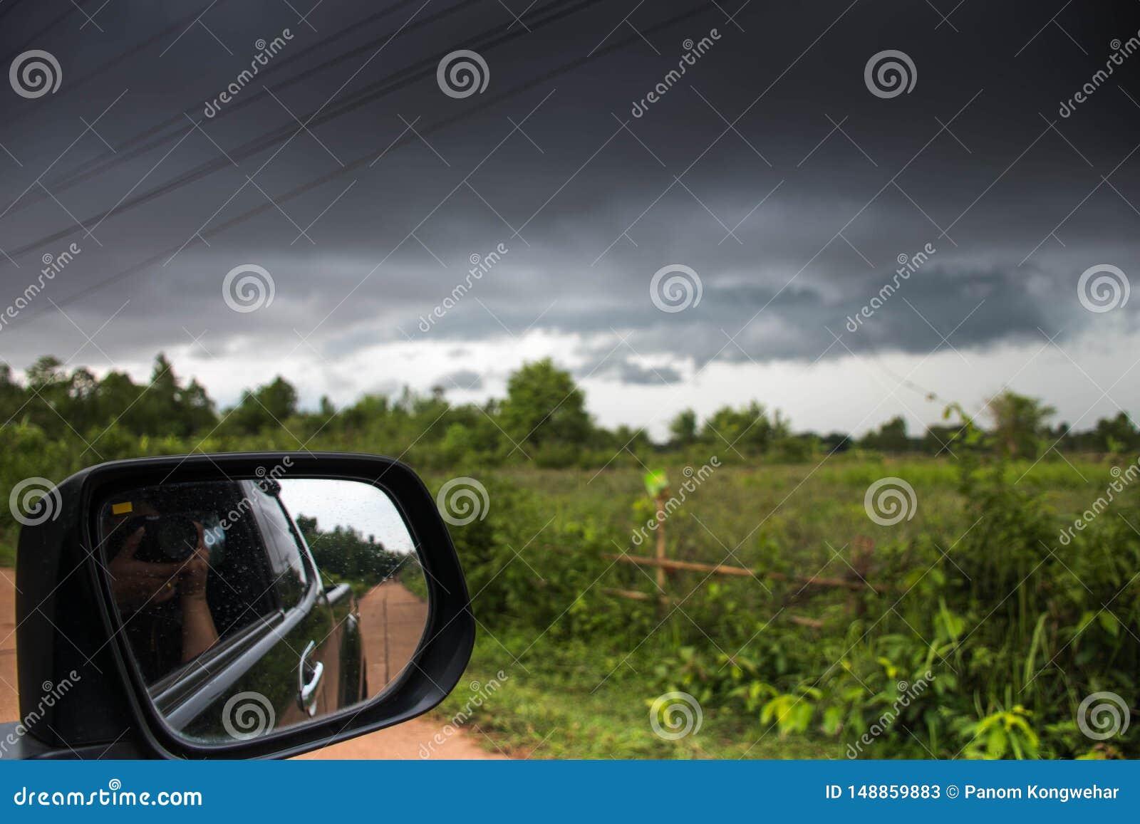 Prenez une photo d une tempête dans la voiture