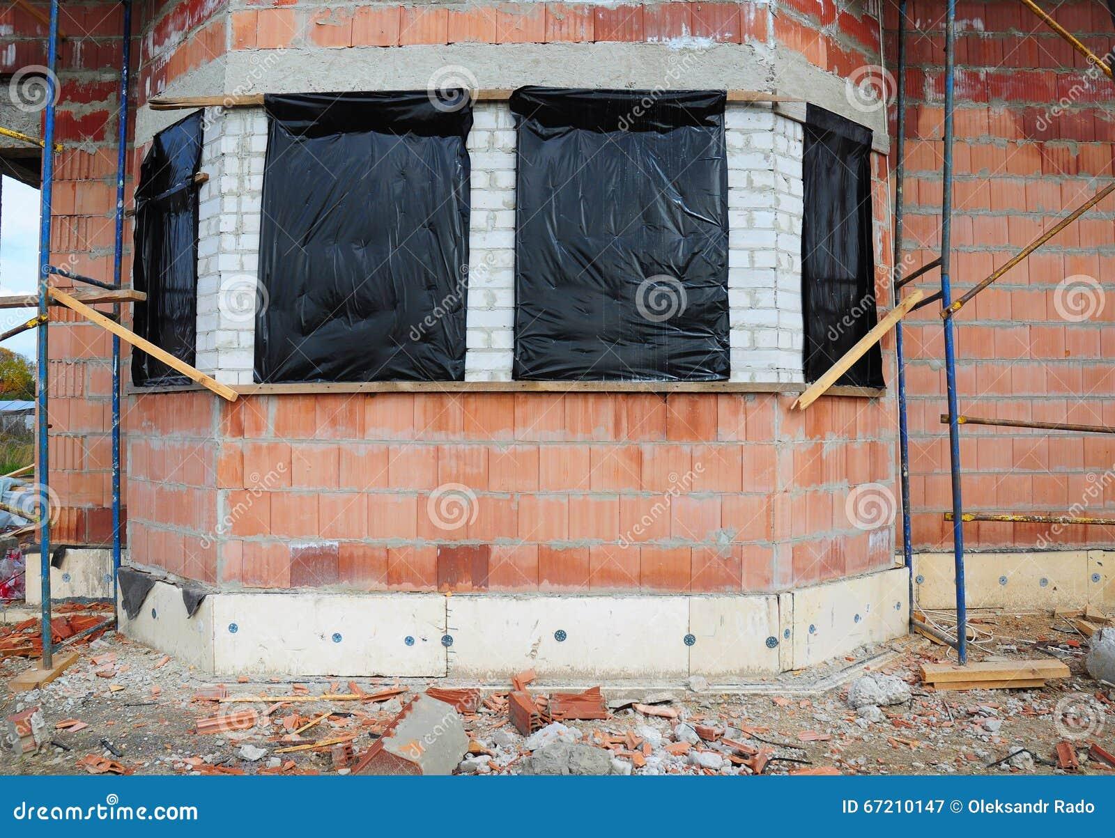 Prepárese para proteger la casa inacabada Windows para que el invierno evite nieve y la lluvia dentro
