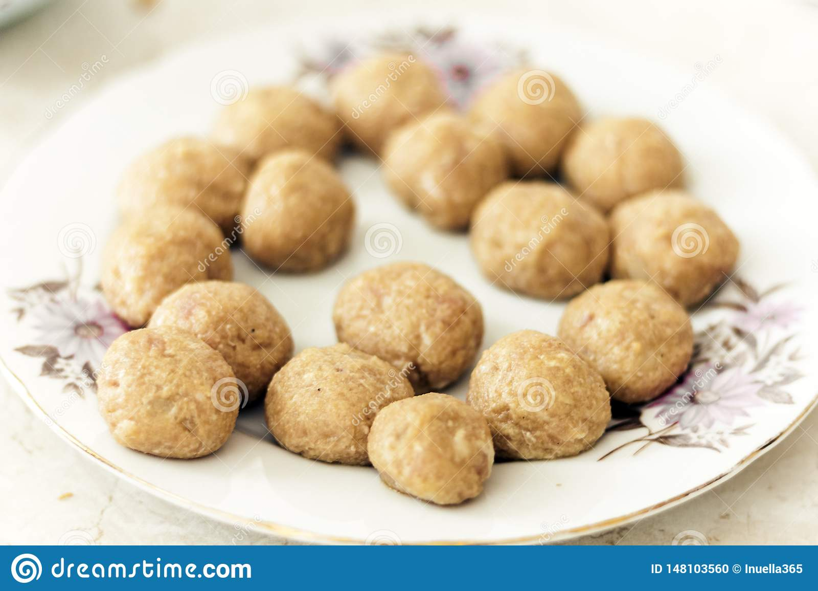 Preparándose, el cocinar, haciendo las albóndigas para las chuletas fritas hechas en casa de la carne picadita, plato ucraniano t