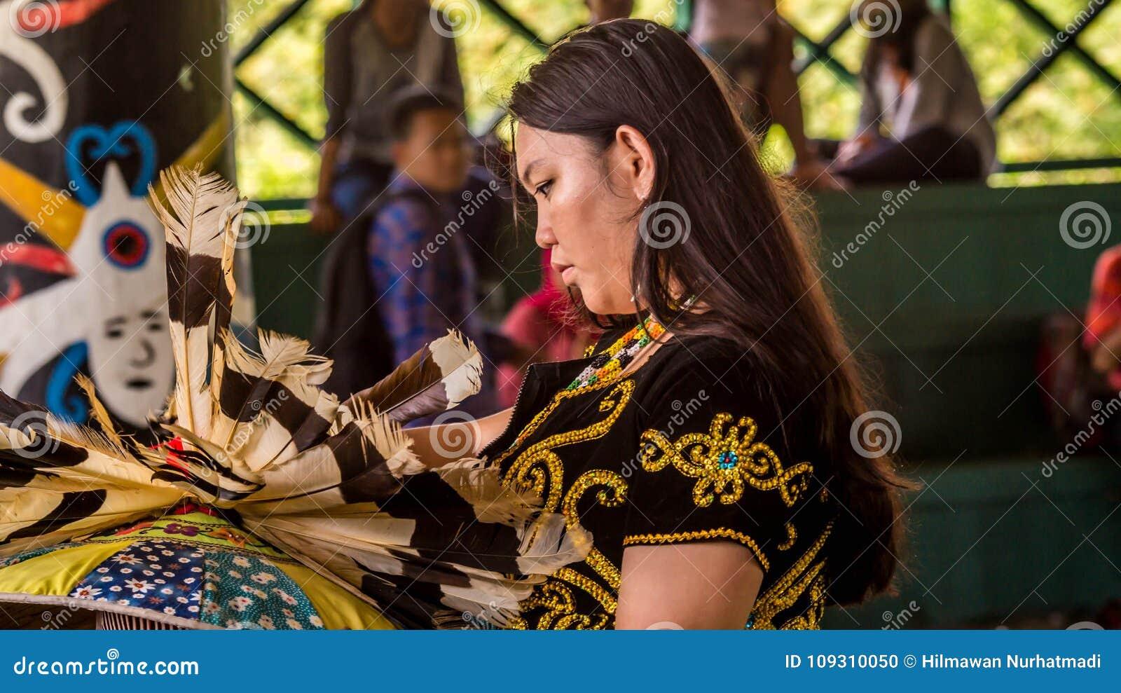 A preparação do dançarino do Dayak antes executa