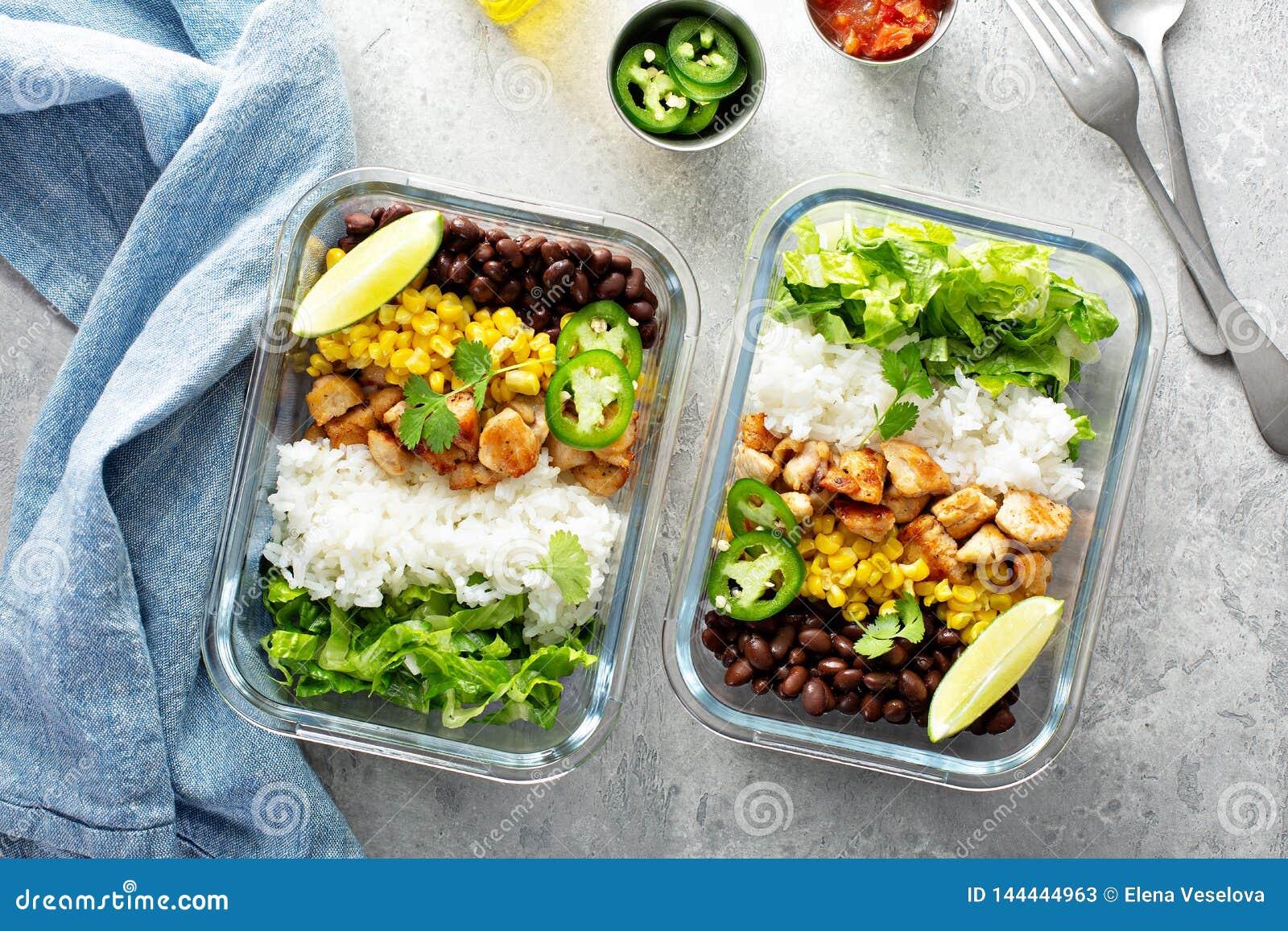 Preparação verde saudável da refeição com galinha
