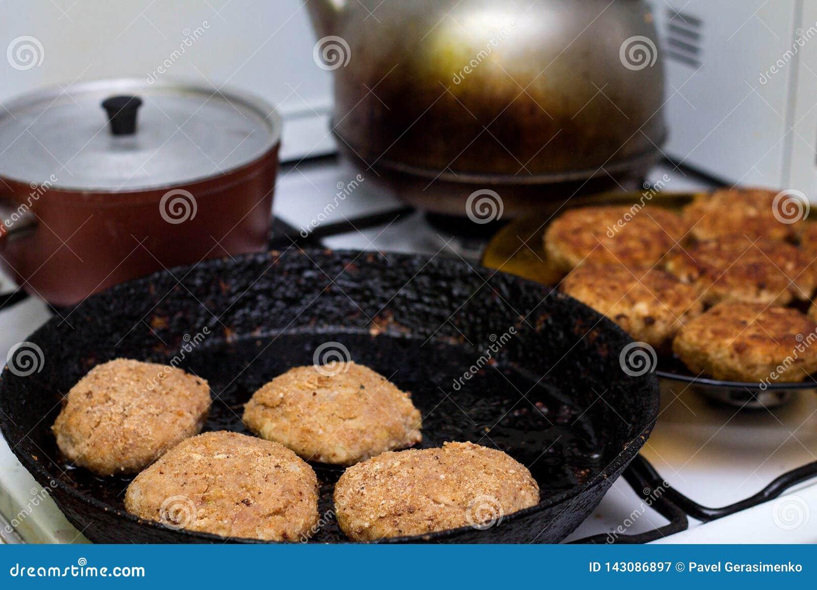 Preparación de la chuleta de la carne picadita en sartén
