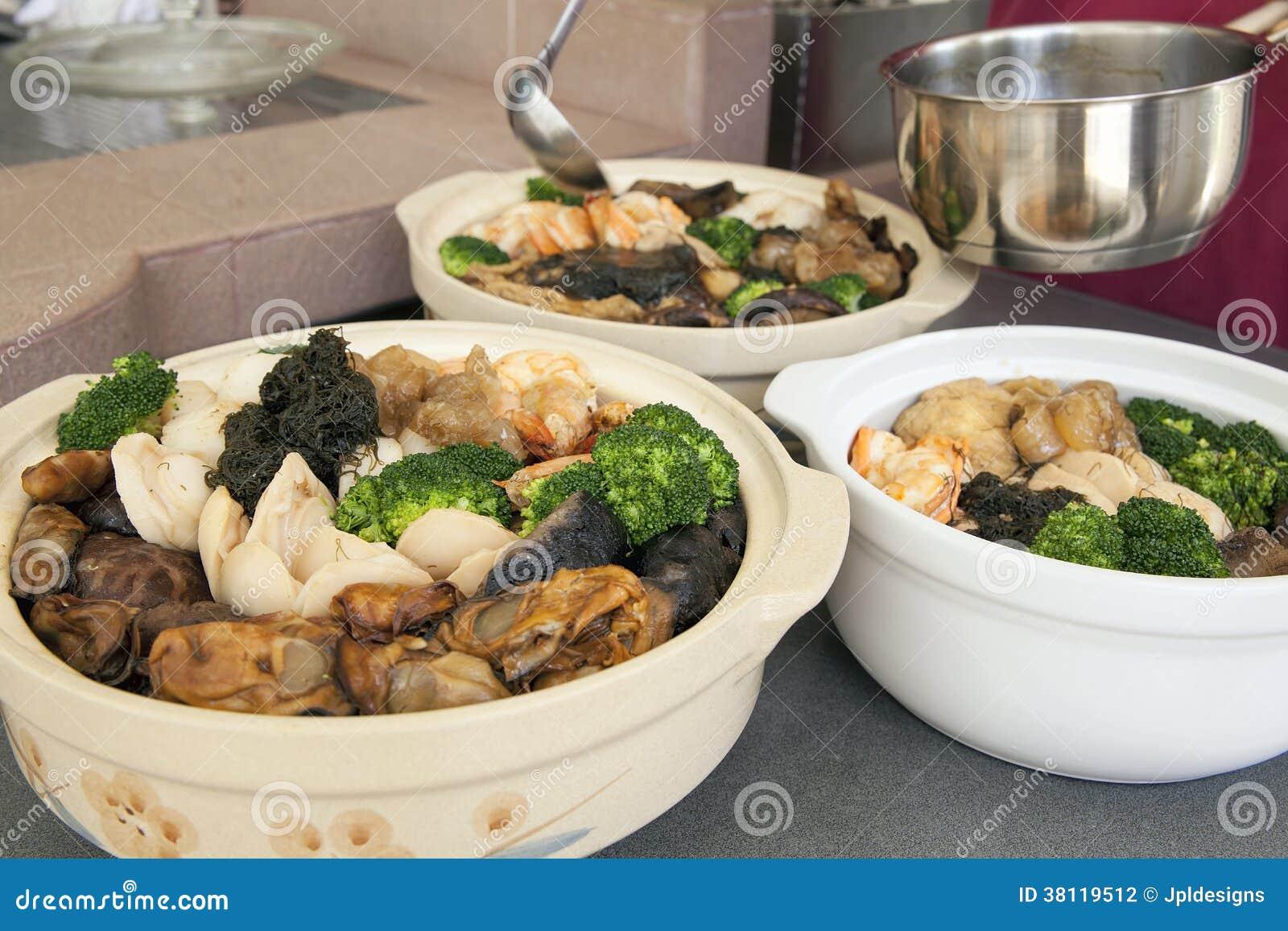 Preparación de Poon Choi Cantonese Big Feast Bowls