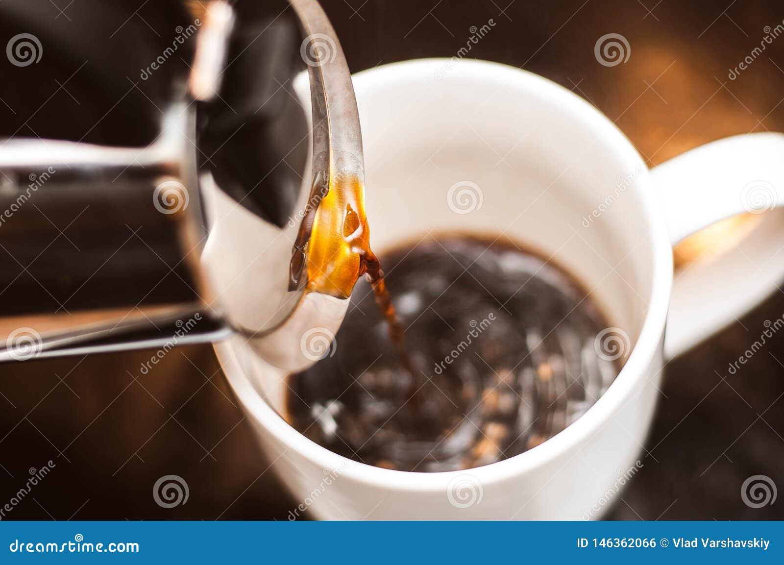 Preparaci?n del caf? de la ma?ana como el mejor comienzo al d?a