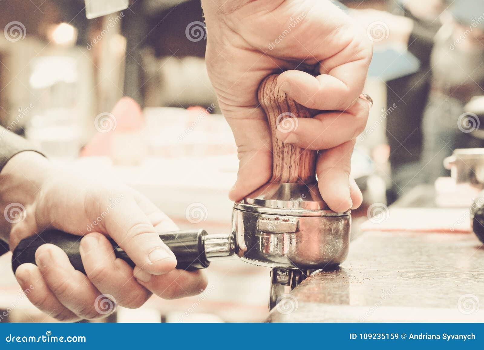 Preparación del café por Barista en el café