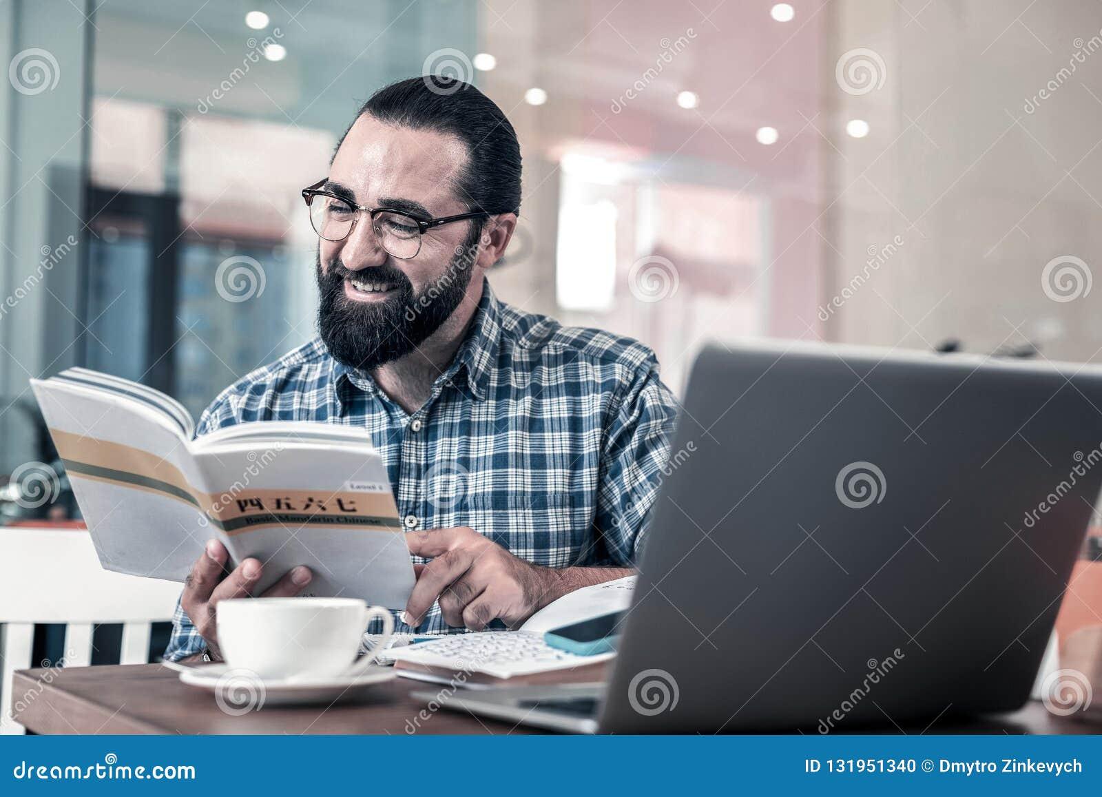 Preparación ocupada de la sensación china oscuro-cabelluda barbuda del profesor particular para la clase