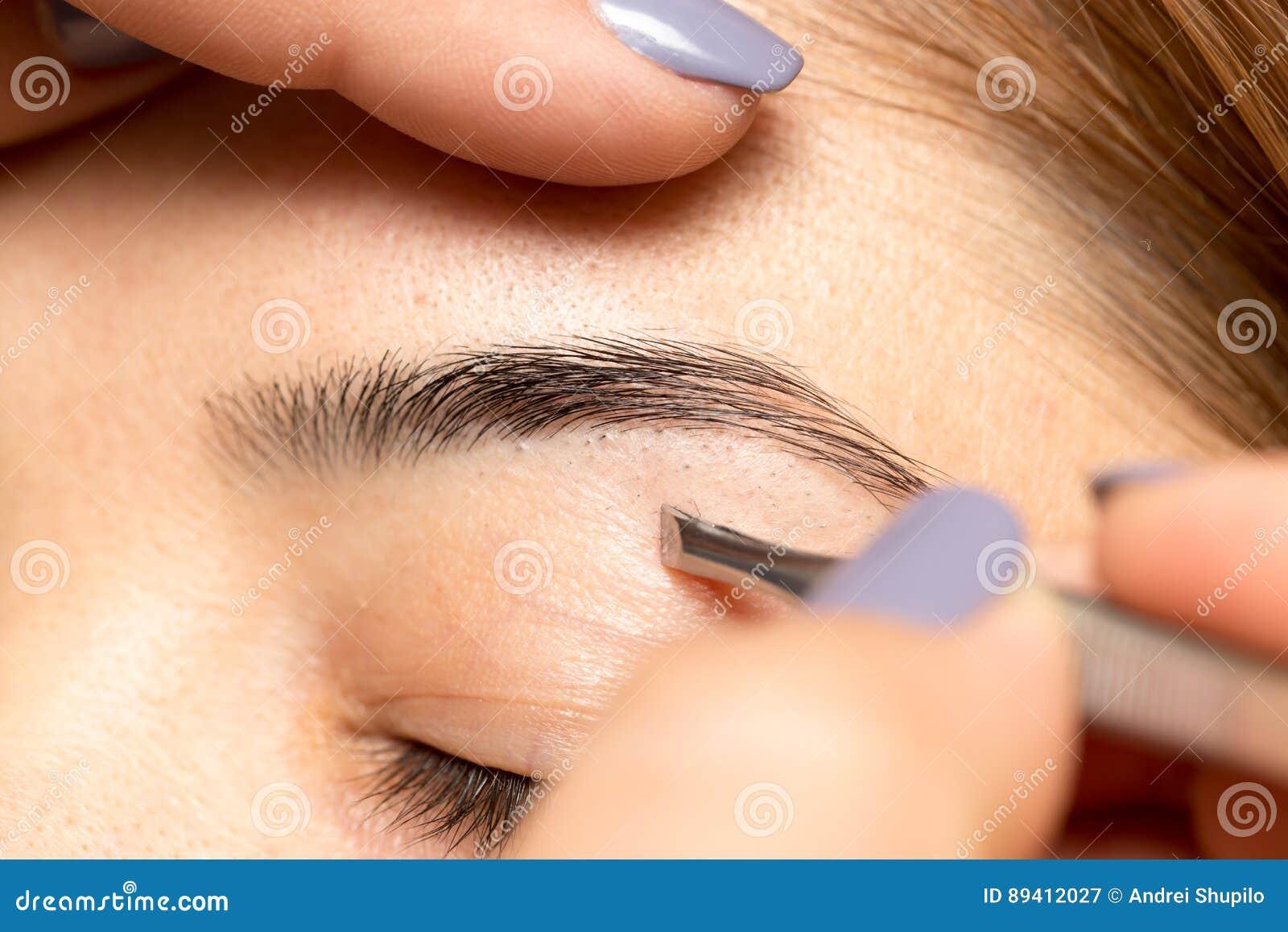 Preparando as sobrancelhas em um salão de beleza