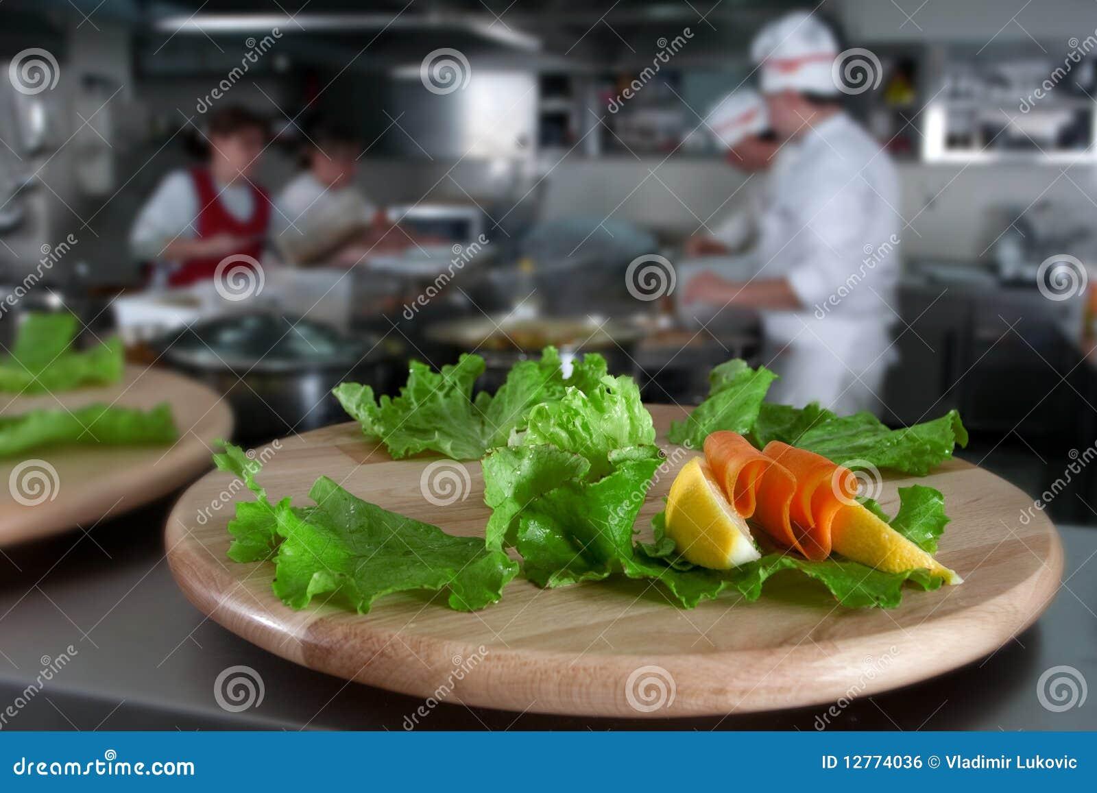 Preparando o alimento da restauração