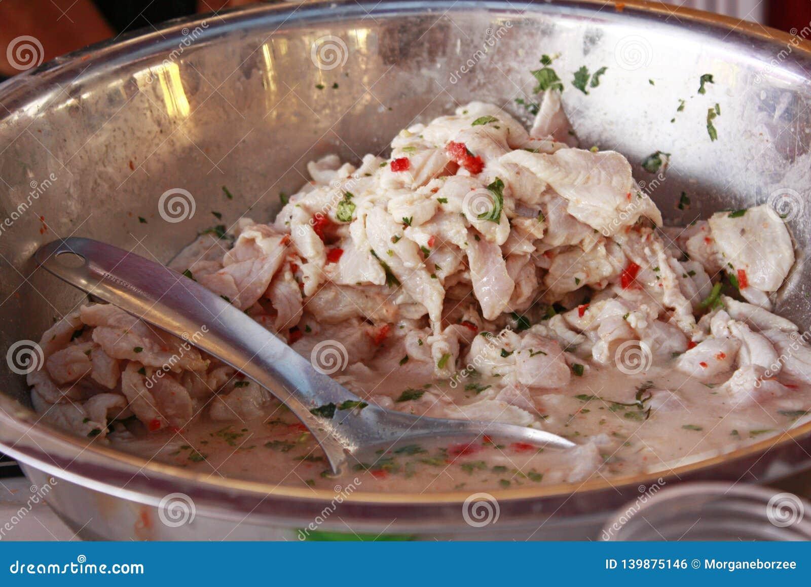 Preparando o ceviche, prato peruano tradicional do marisco