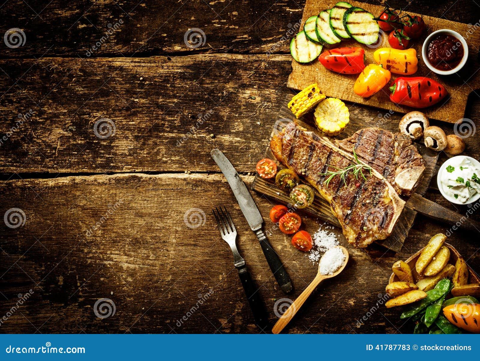 Preparando vegetais do bife do lombo e do assado