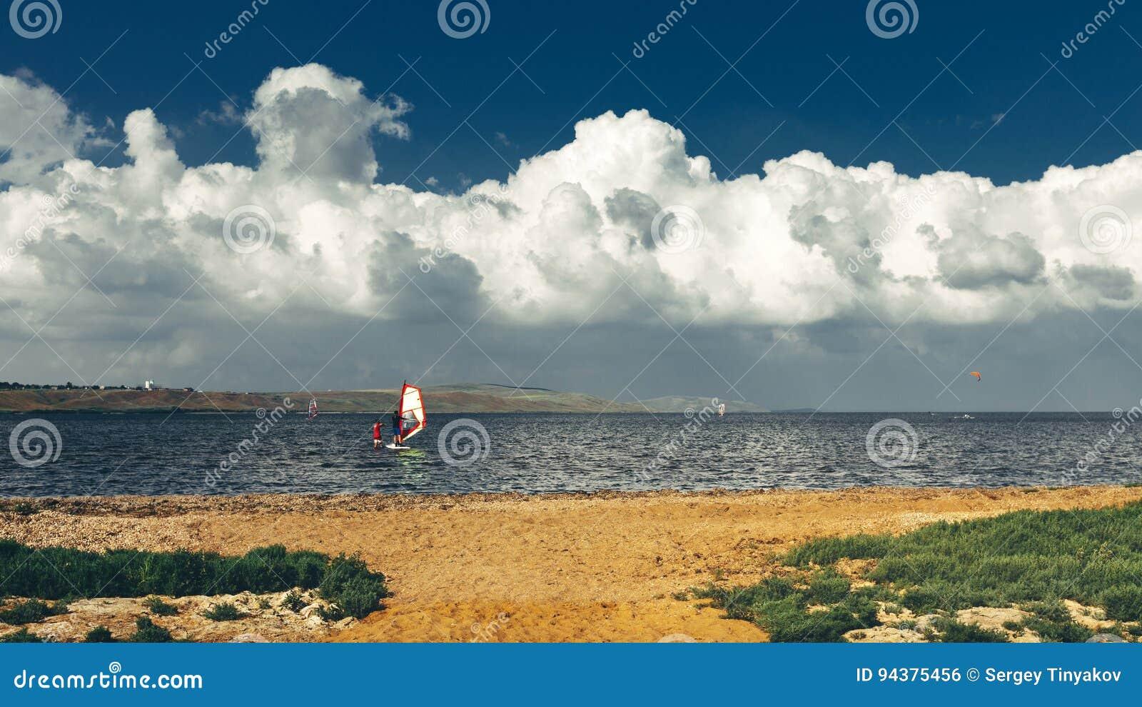 Preparandosi nel concetto praticante il surfing di vacanza di vacanza estiva di lezioni di windsurf