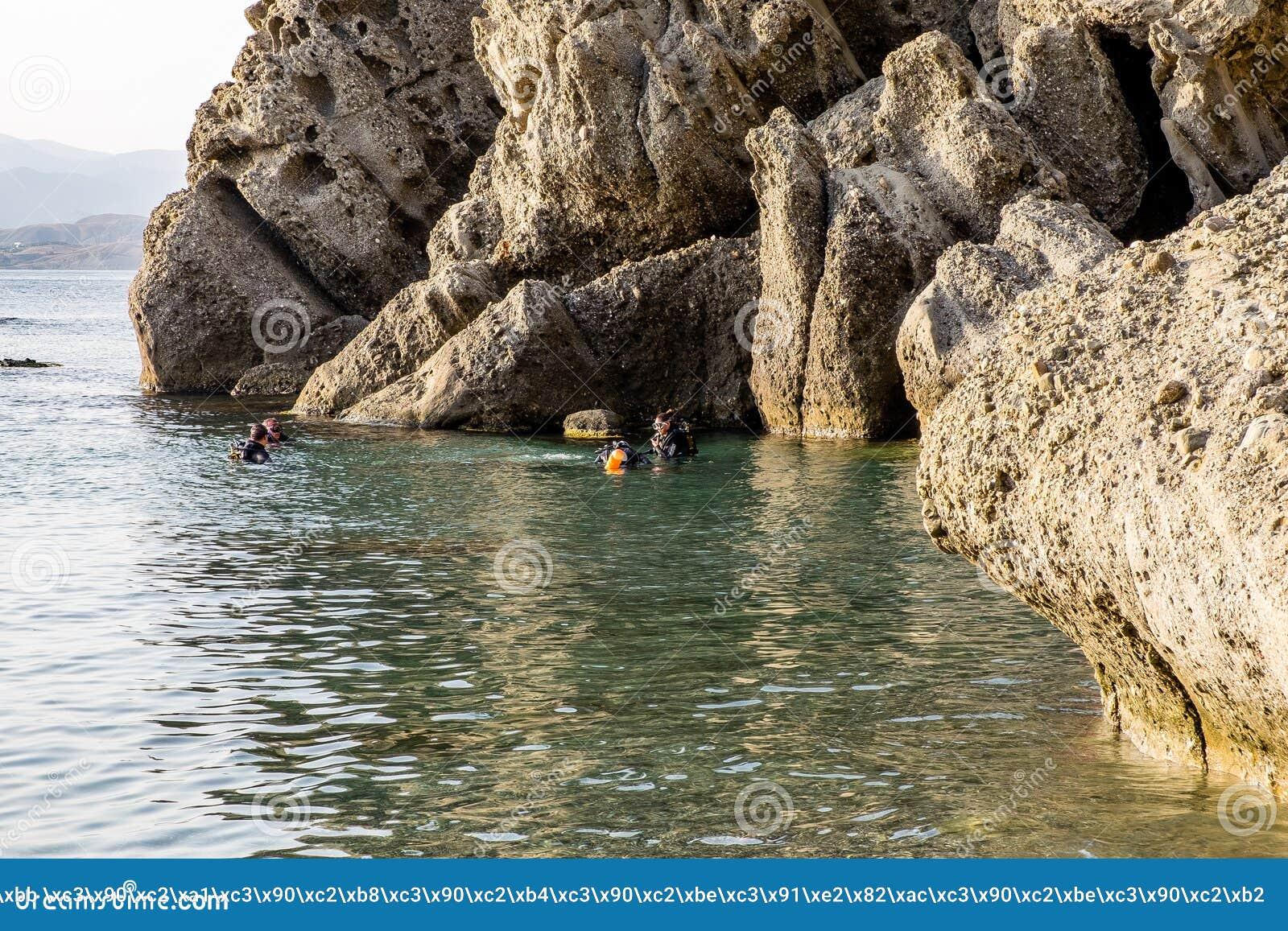 Preparandosi nel tuffarsi il Mar Nero