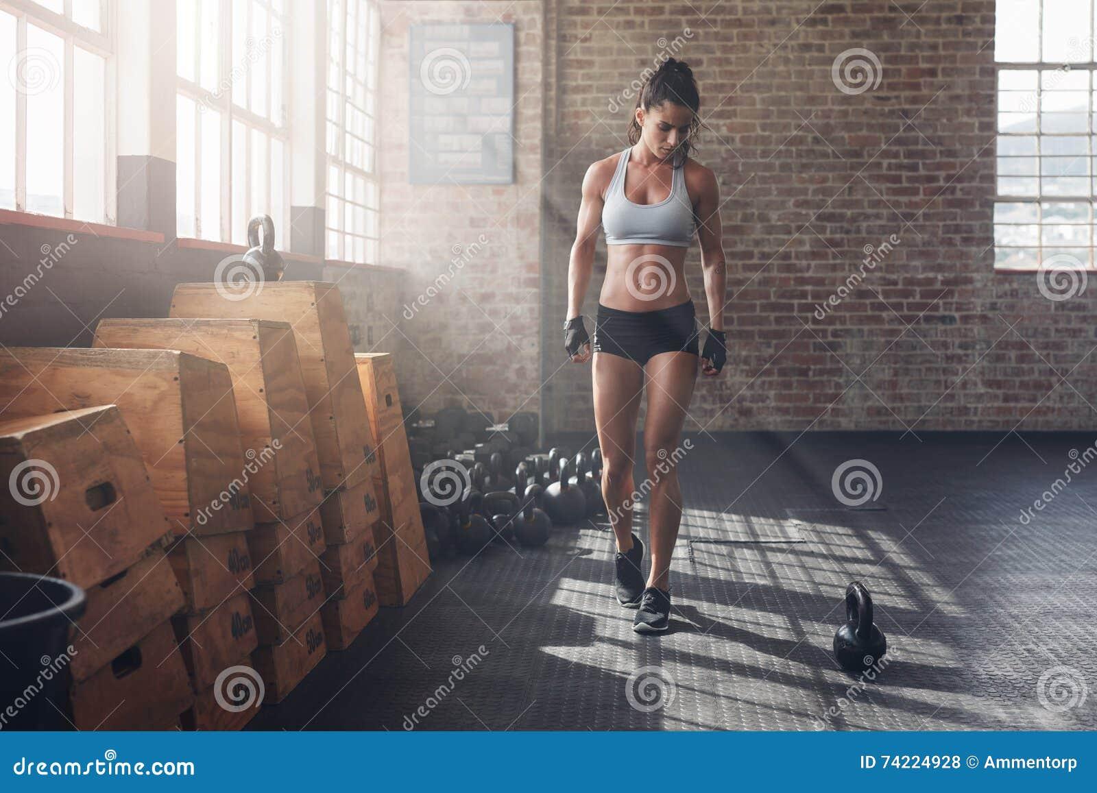 Prepararsi femminile di forma fisica per l allenamento intenso del crossfit