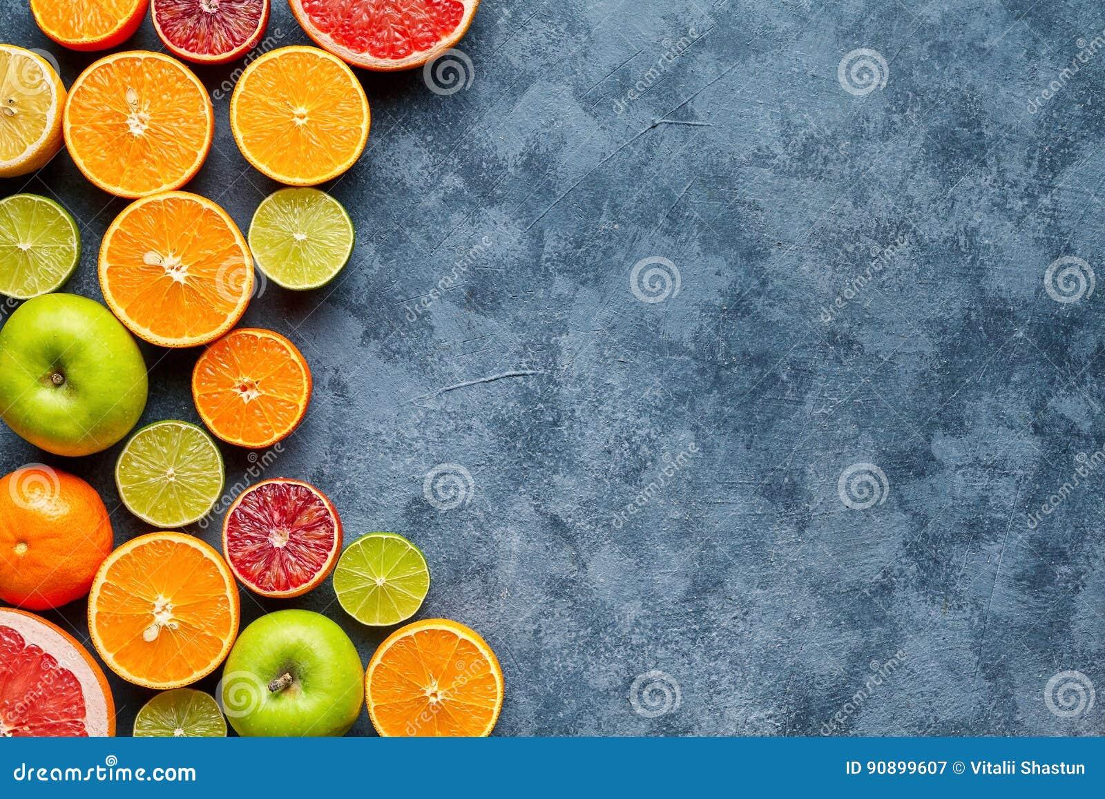 Preparato degli agrumi sulla tavola concreta grigio scuro Priorità bassa dell alimento Cibo sano Antiossidante, disintossicazione