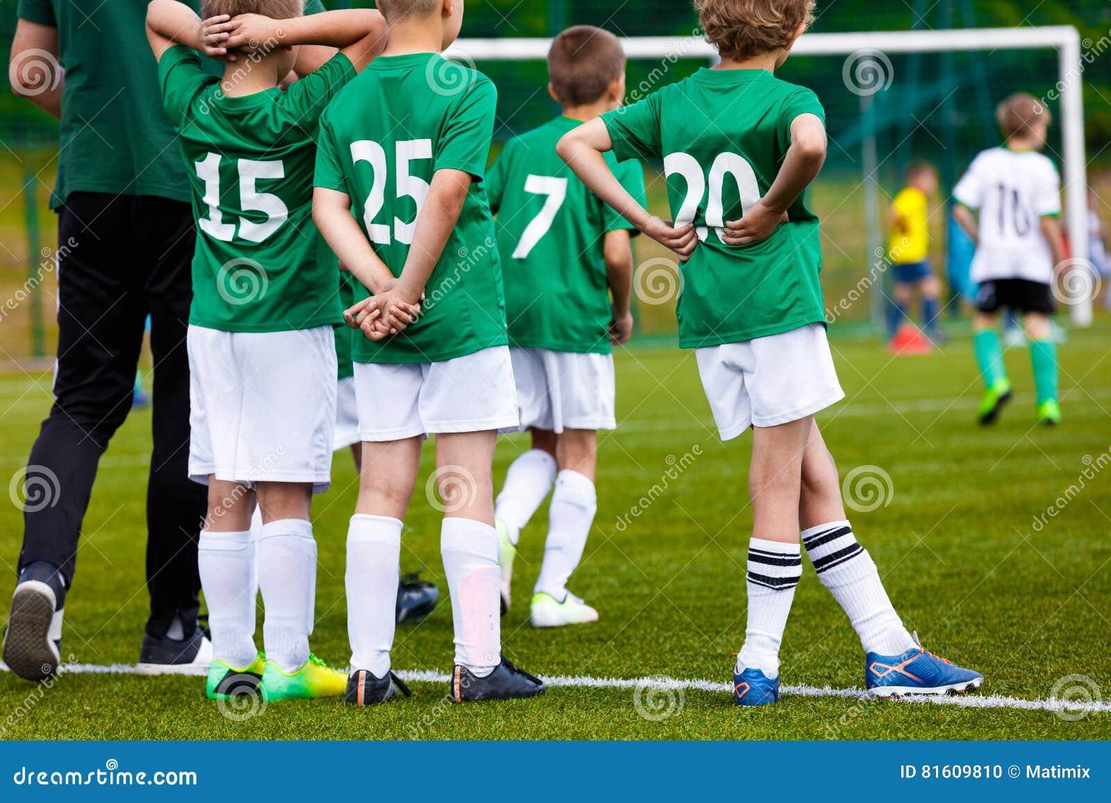 Preparazione degli sport della gioventù Young Boys con l allenatore di football americano sul passo