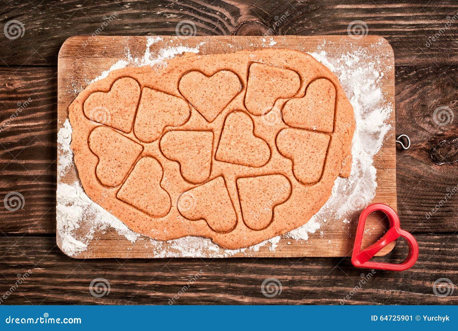 Preparazione dei biscotti a forma di del cuore