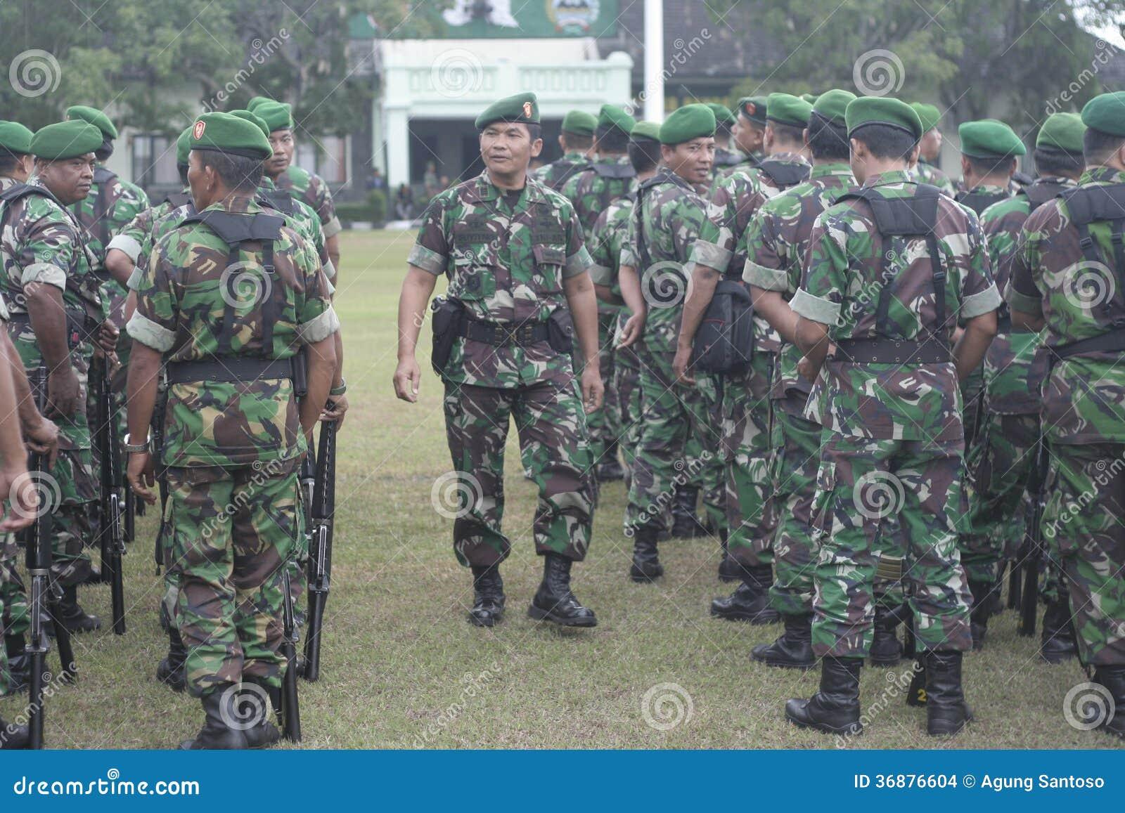 Download Preparazione Dell'esercito Nazionale Indonesiano Nella Città Di Java Security Solo E Centrale Immagine Stock Editoriale - Immagine di armatura, convoglio: 36876604