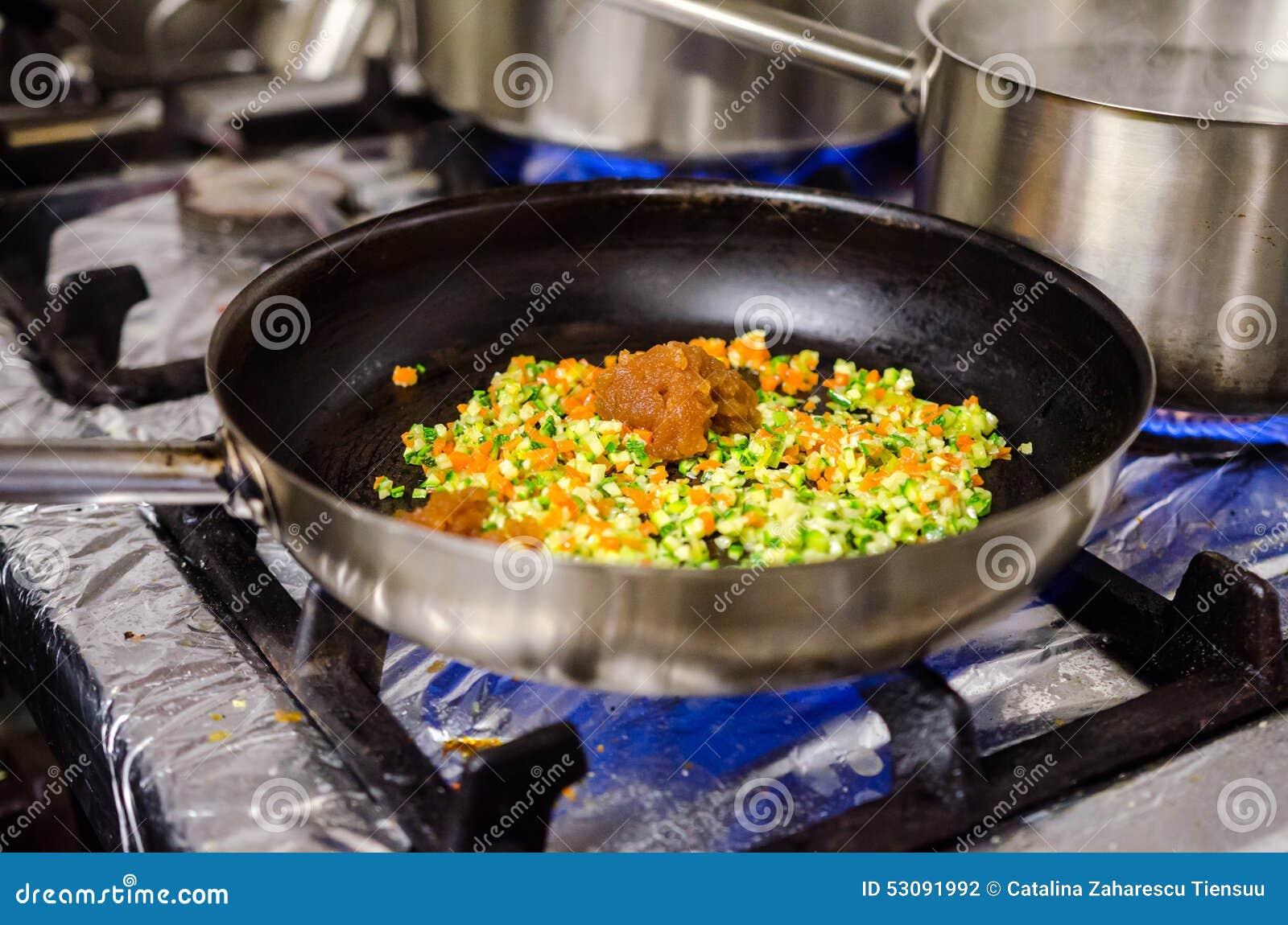 Preparazione della salsa di pasta
